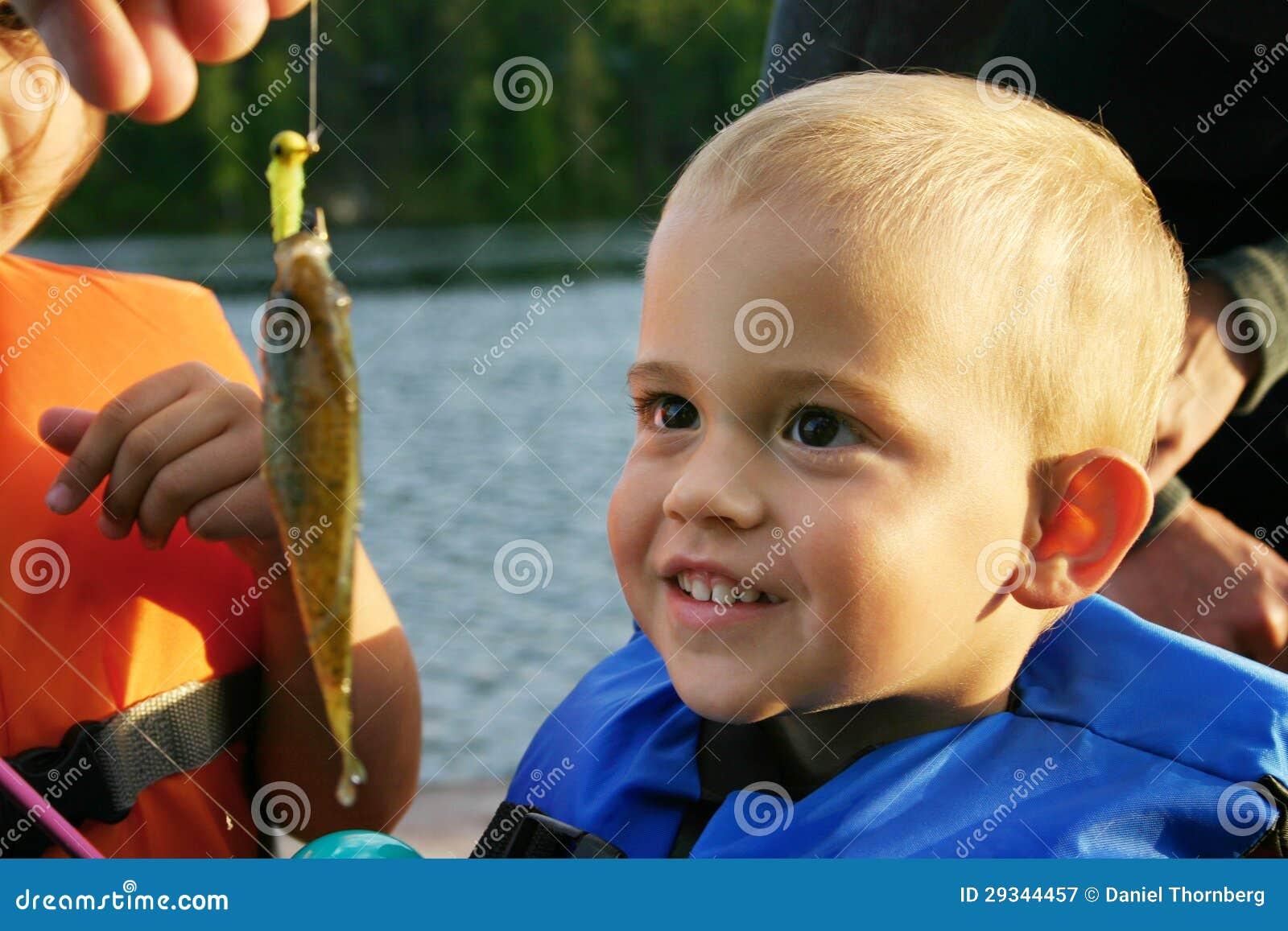 Młoda chłopiec podziwia samogłowa łapał