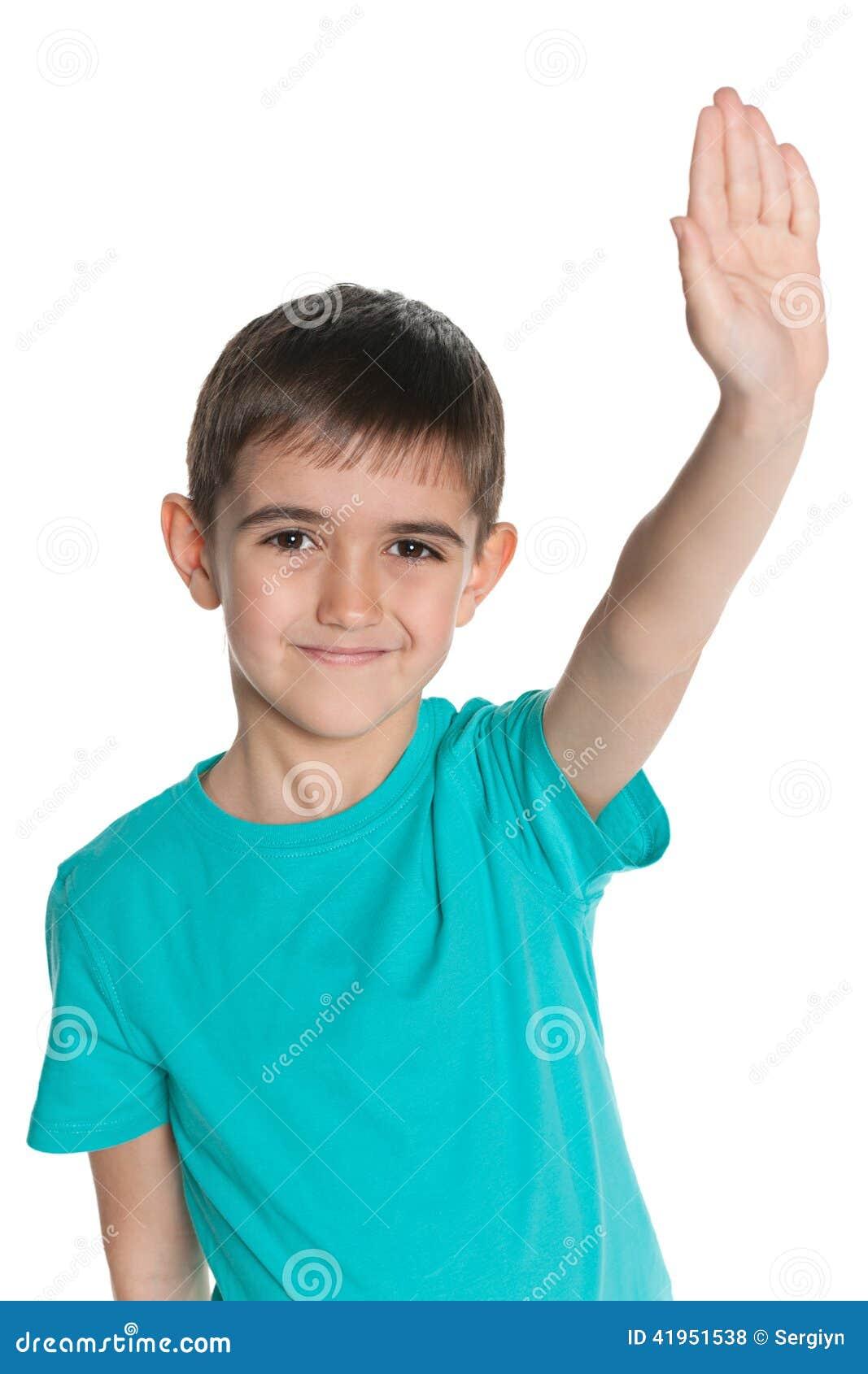 Młoda chłopiec rozciąga jego prawą rękę up