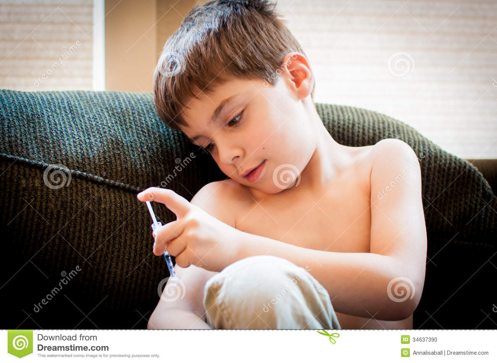 Młoda chłopiec z cukrzycami