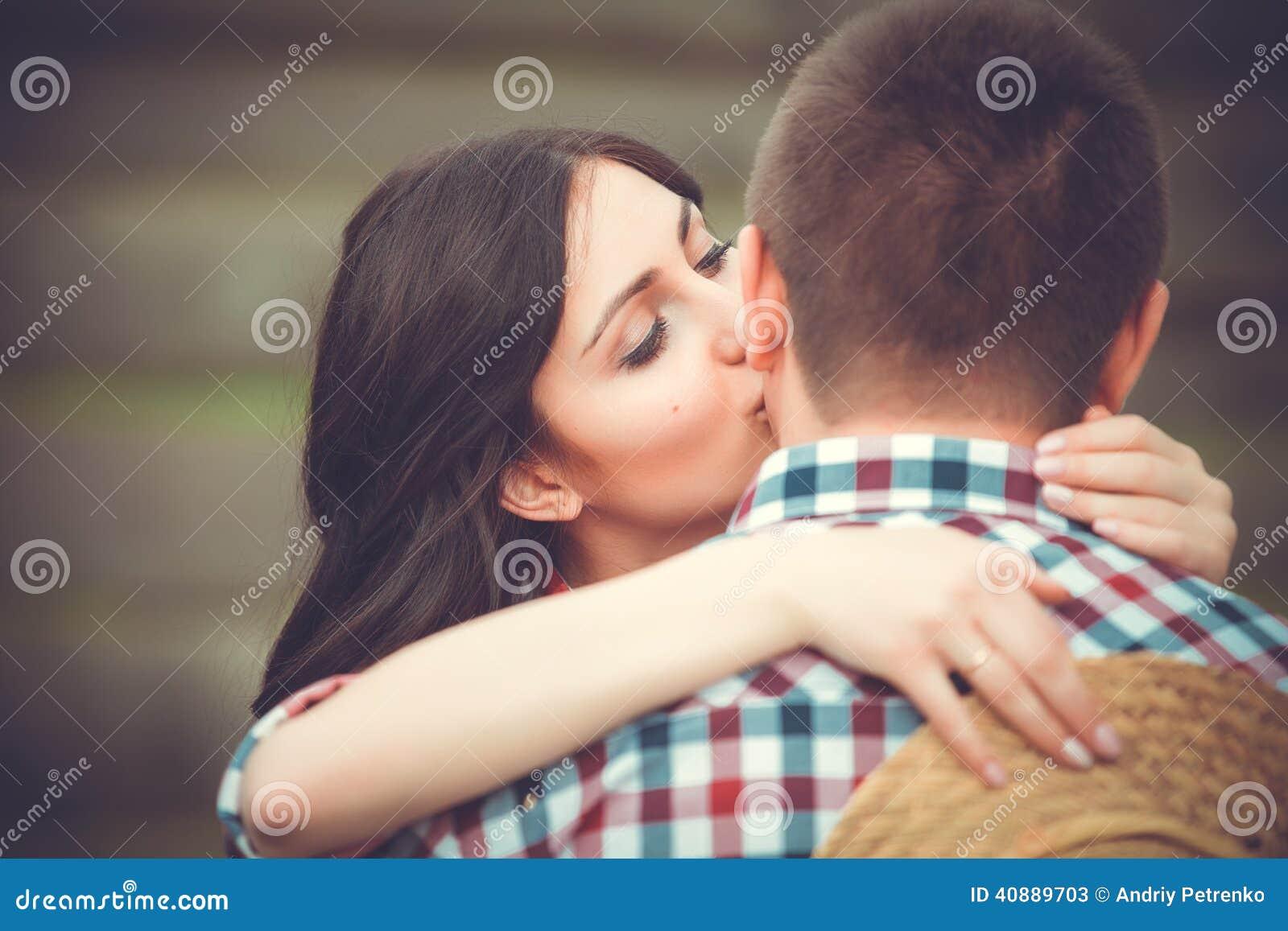 Młoda czule para całuje tenderly