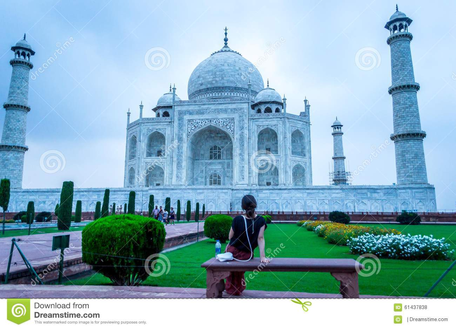 Młoda dama patrzeje Taj Mahal