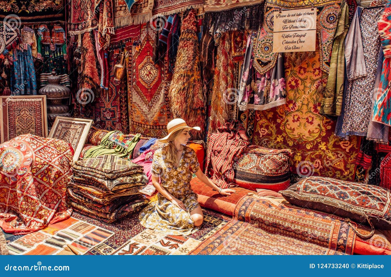 Młoda Dama W Dywanu Sklepie W Cappadocia Goreme Zdjęcie