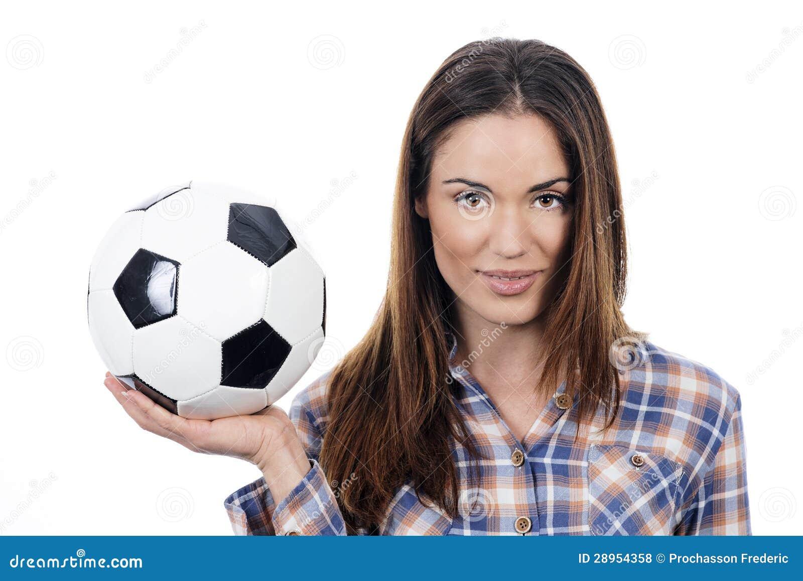 Młoda dorosła kobieta z piłką