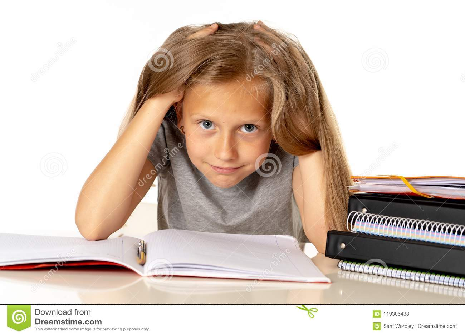 Młoda dziewczyna ciągnie jej włosy w stresie nad pracującym edukaci pojęciem i