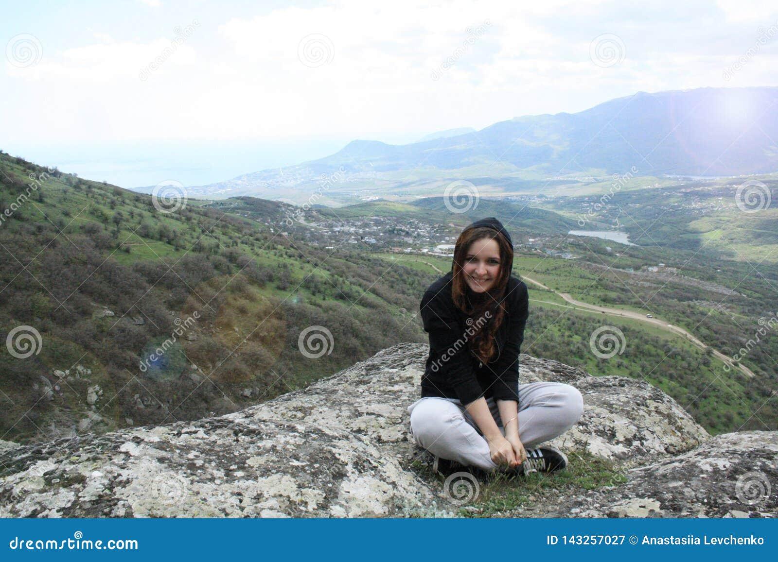 Młoda dziewczyna cieszy się zmierzch na szczytowej górze Turystyczny podróżnik na tło doliny krajobrazu widoku mockup Wycieczkowi