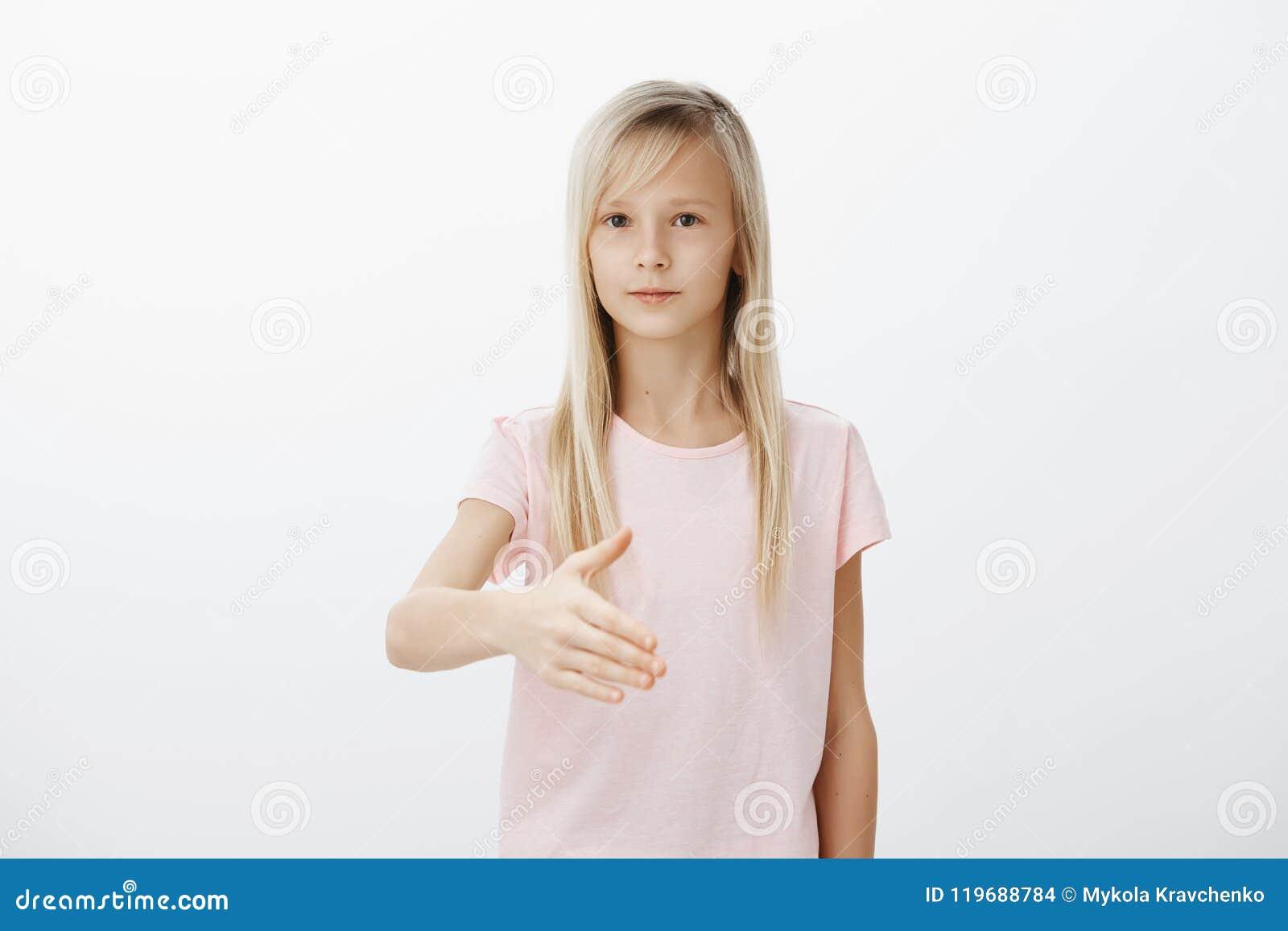Młoda dziewczyna marzy zostać bizneswomanem jak mama Salowy strzał poważna piękna młoda kobieta z blondynem