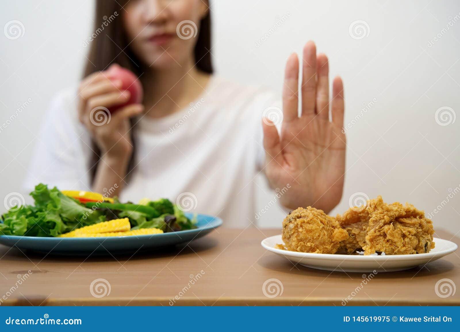 Młoda dziewczyna na dieting na dobre zdrowia pojęcie Zakończenie w górę żeńskiego używa ręka odrzutu szybkiego żarcia pchać za je