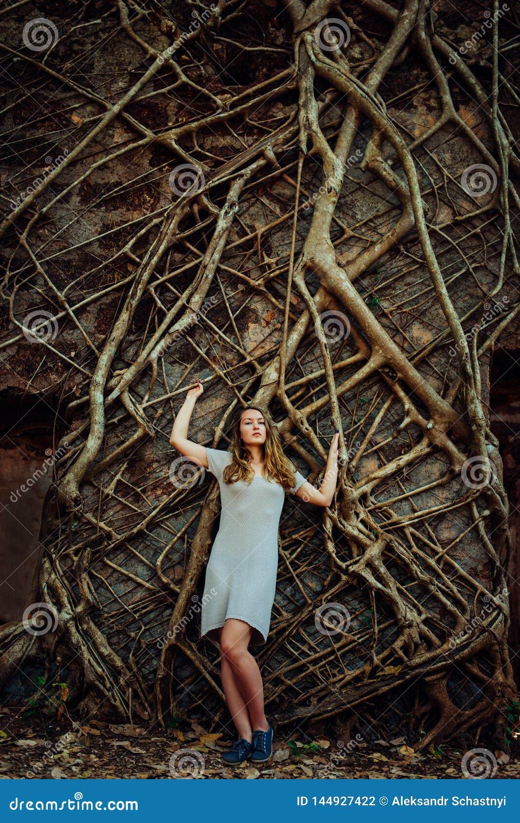 Młoda dziewczyna niepokojąca z złymi myślami, więzienie umysł