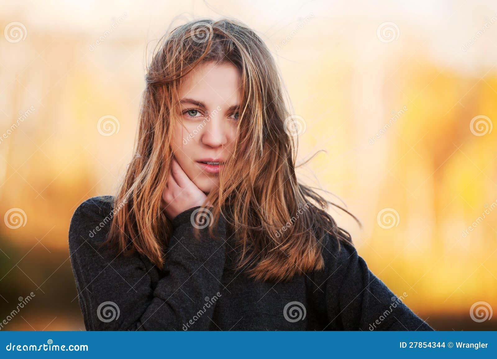 Młoda dziewczyna przeciw natury tłu