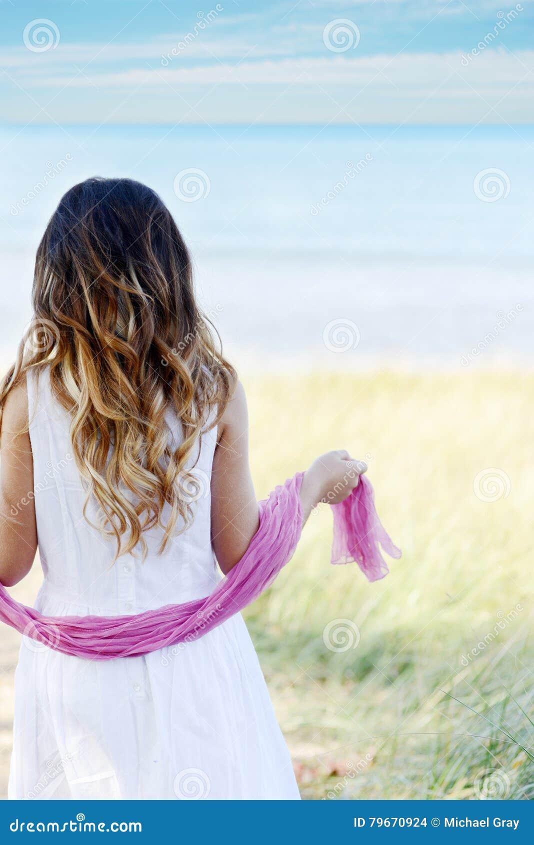 Młoda dziewczyna przy plaż menchii szalikiem
