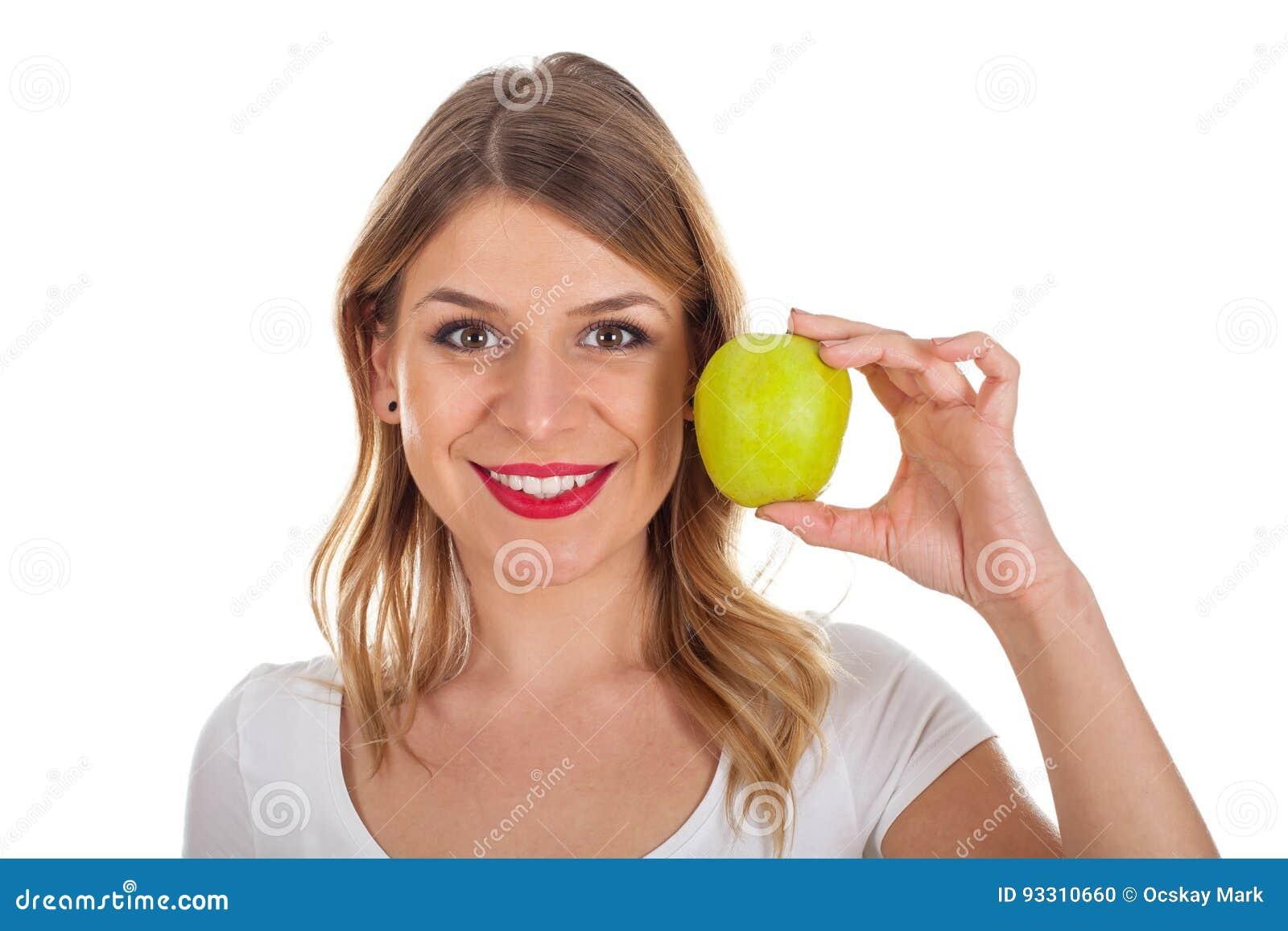 Młoda dziewczyna trzyma zielonego jabłka na diecie