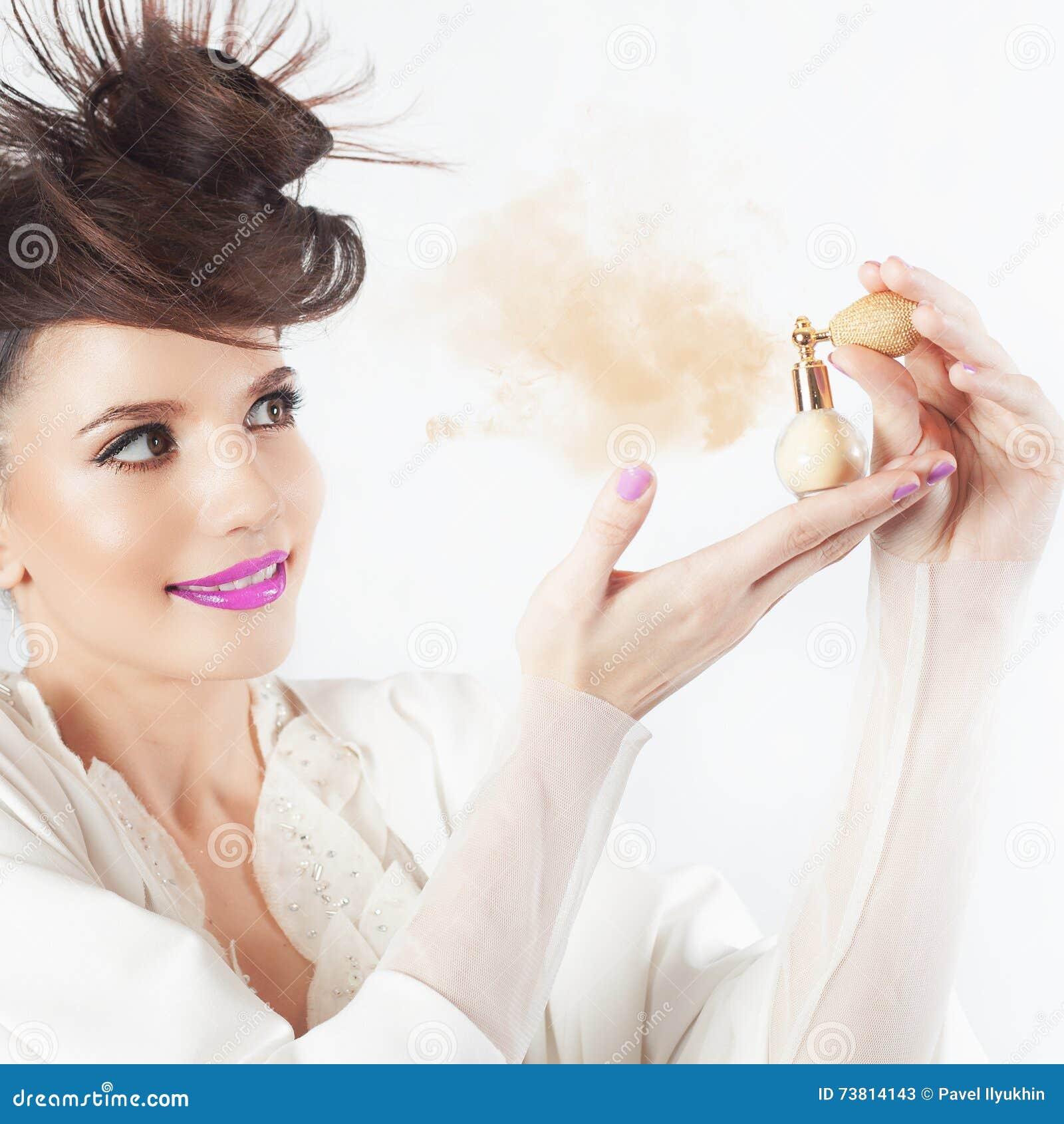 Młoda dziewczyna używa pachnidło, butelka pachnidło, wącha aromat