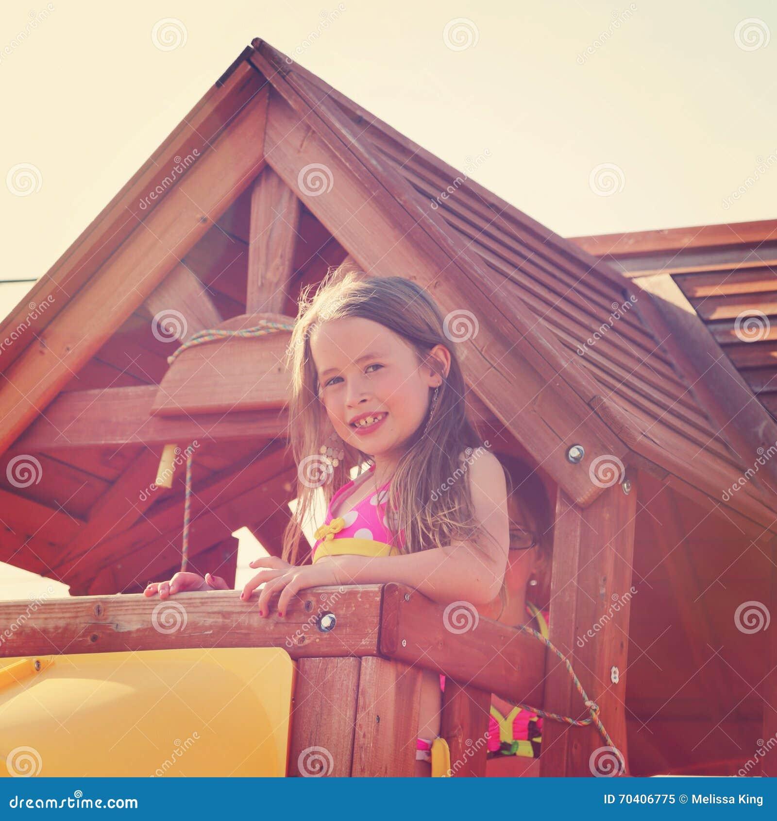 Młoda dziewczyna w drzewnym domu z instagram skutkiem