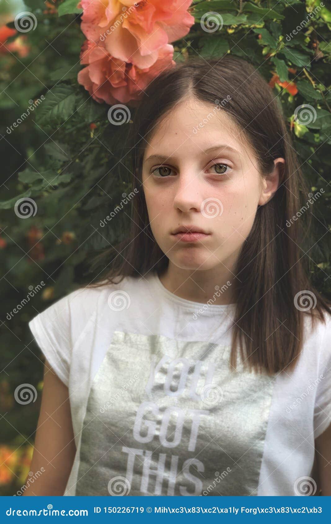 Młoda dziewczyna w ogródu różanego portrecie