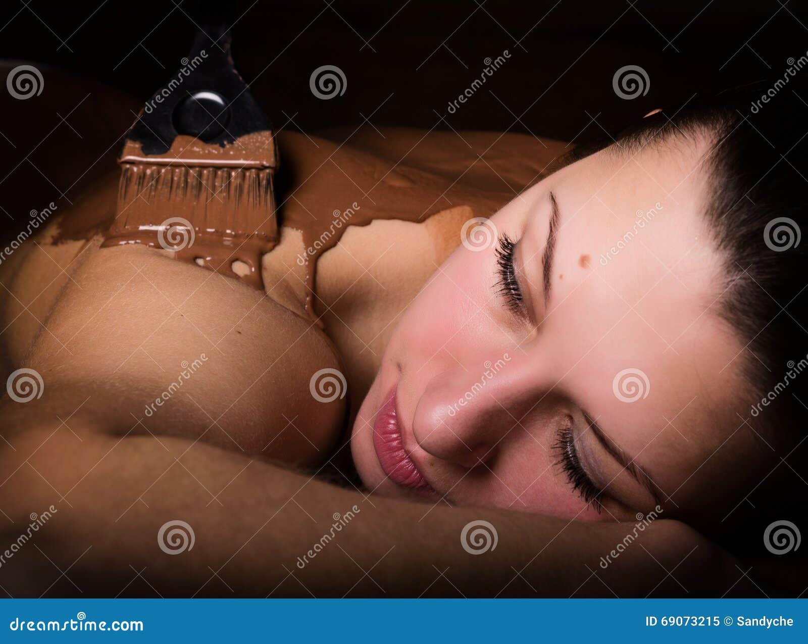 Młoda dziewczyna w zdroju salonie, czekoladowy ciało opakunku traktowanie, skóry odmładzanie Piękna traktowania pojęcie