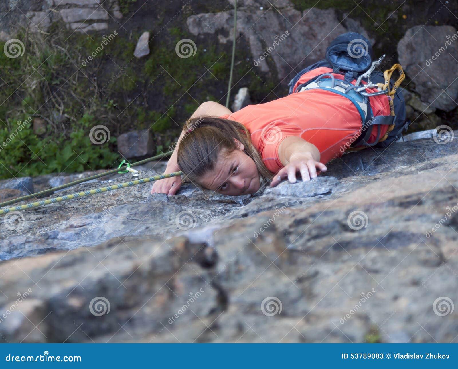 Młoda dziewczyna wspina się górę