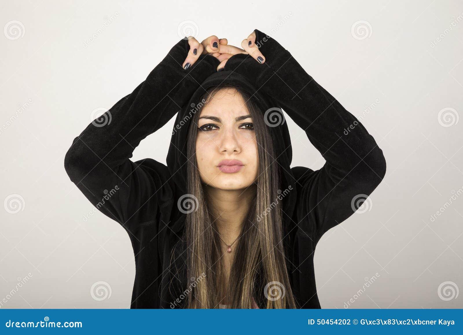 Młoda dziewczyna z czarnym kapturzastym cardi