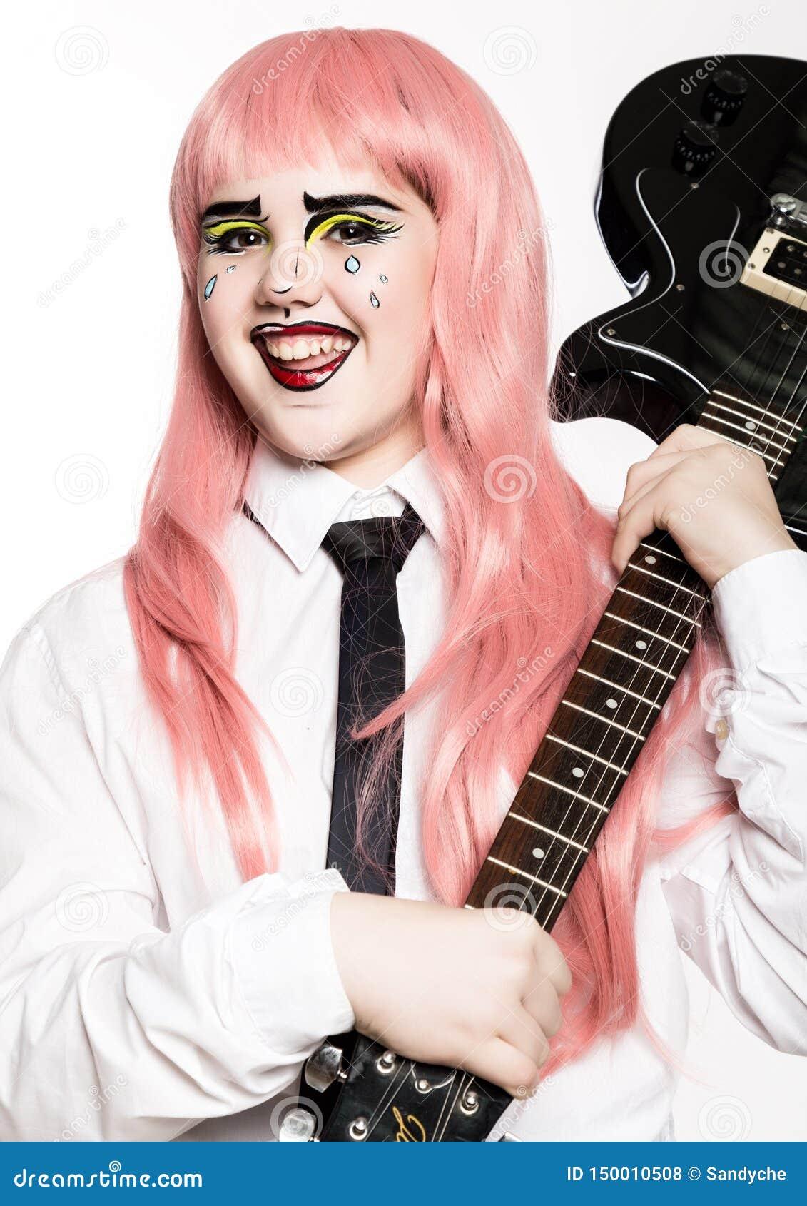 Młoda dziewczyna z fachową komiczną wystrzał sztuki makijażu mienia gitarą elektryczną ?mieszny kresk?wki lub komiksu makija?
