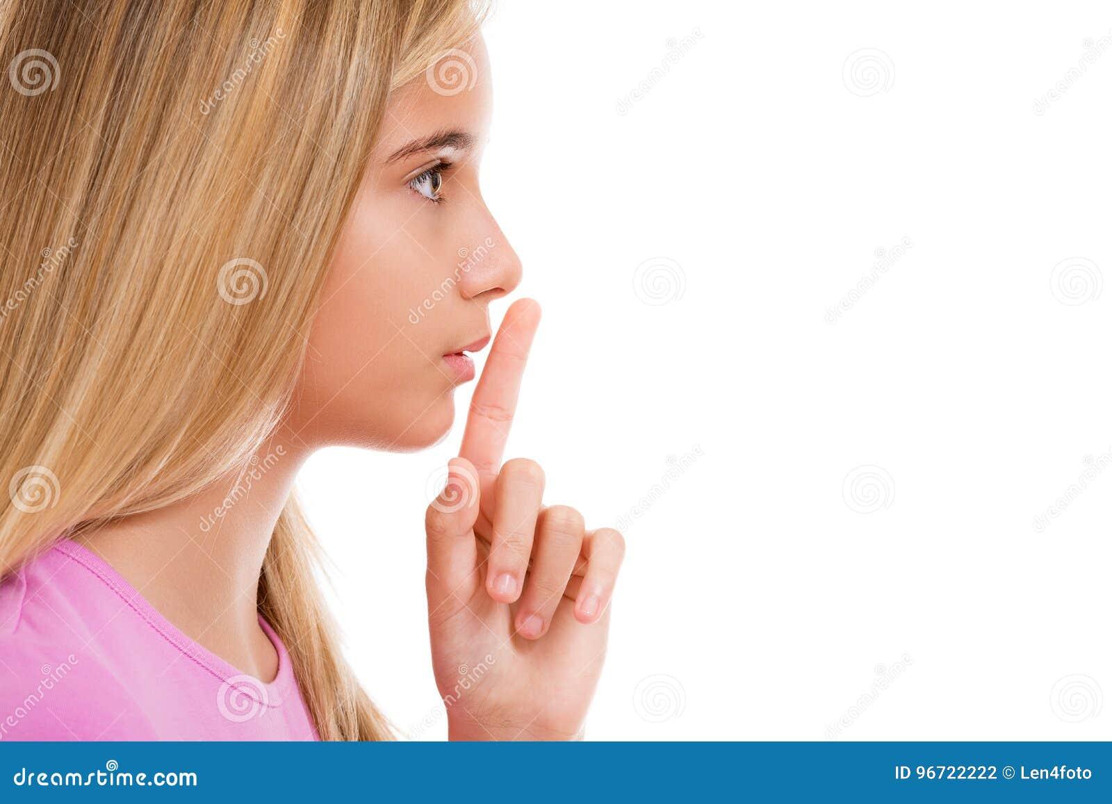 Młoda dziewczyna z palcem na wargach jako pojęcie rozkazuje cisza ja