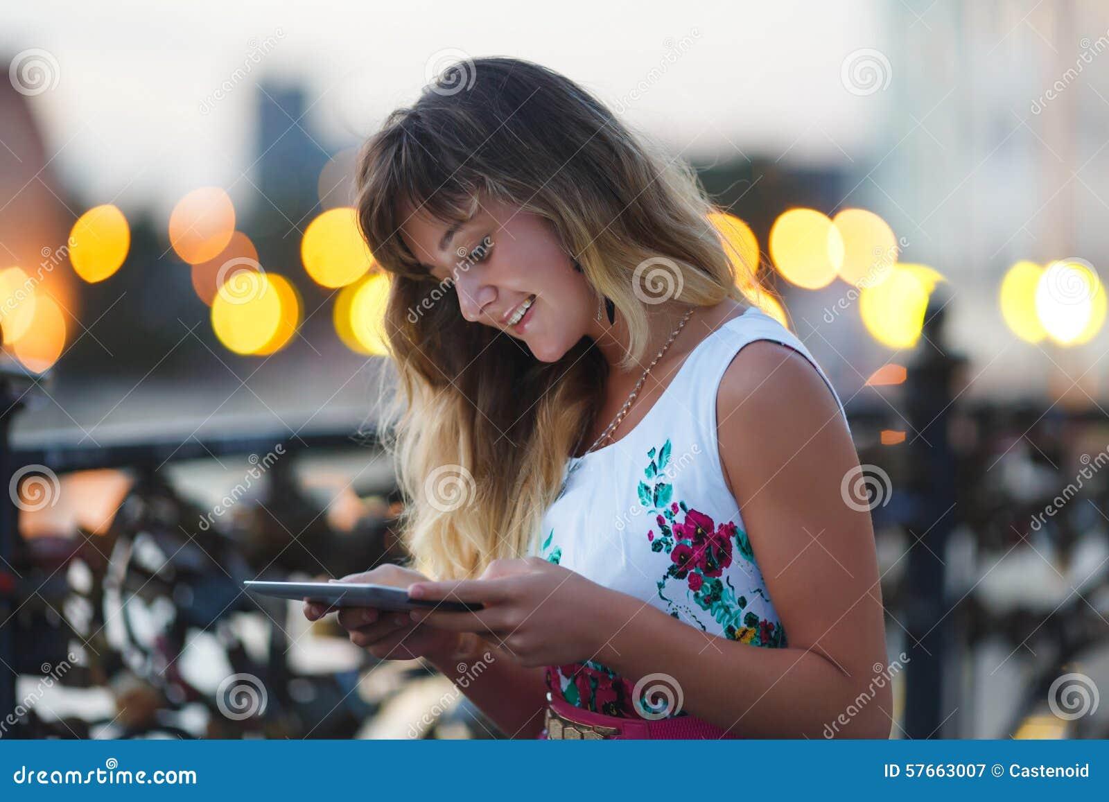 Młoda dziewczyna z pastylka komputerem