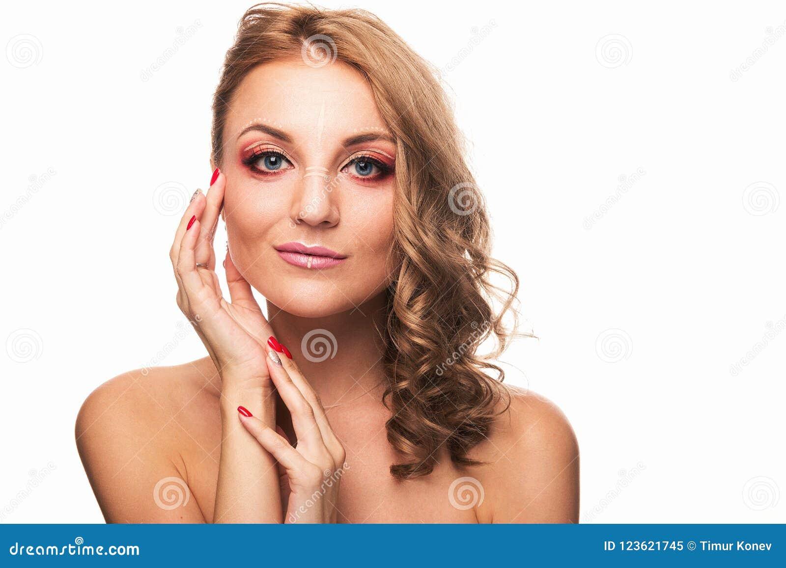 Młoda dziewczyna z pięknym makijażem jasnobrązowym włosy i Studio strzelający na białym tle
