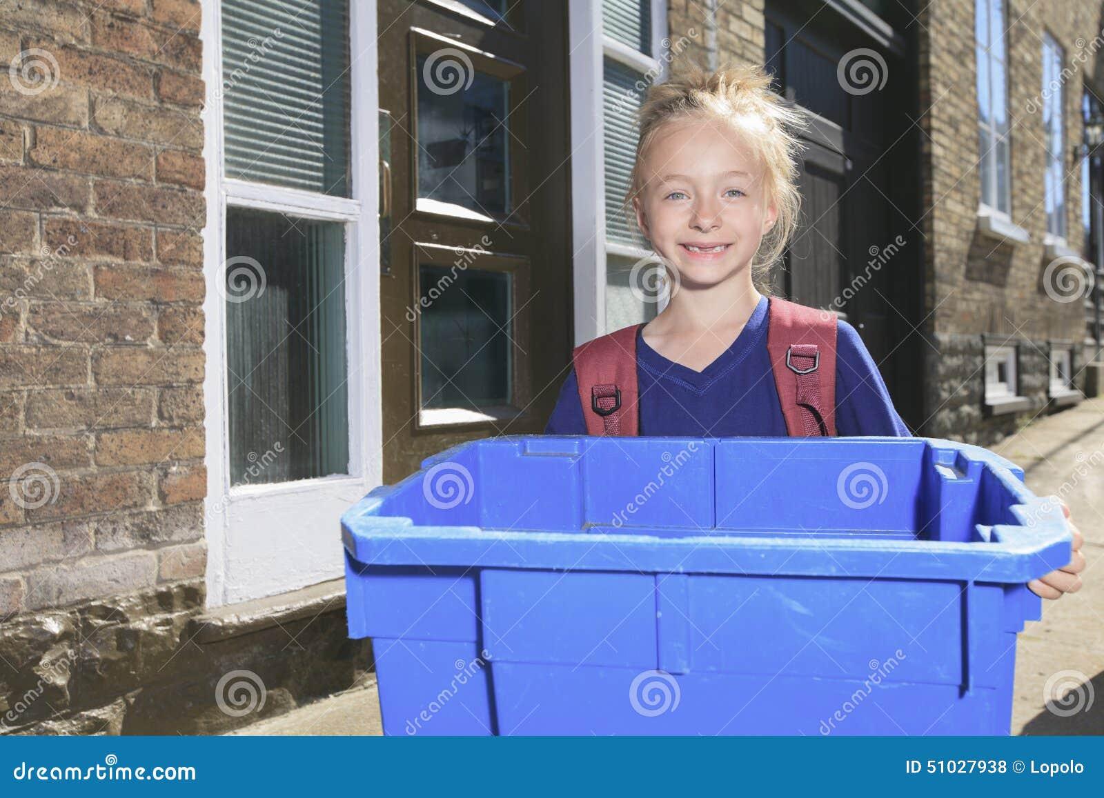 Młoda dziewczyna z przetwarza kosz outside