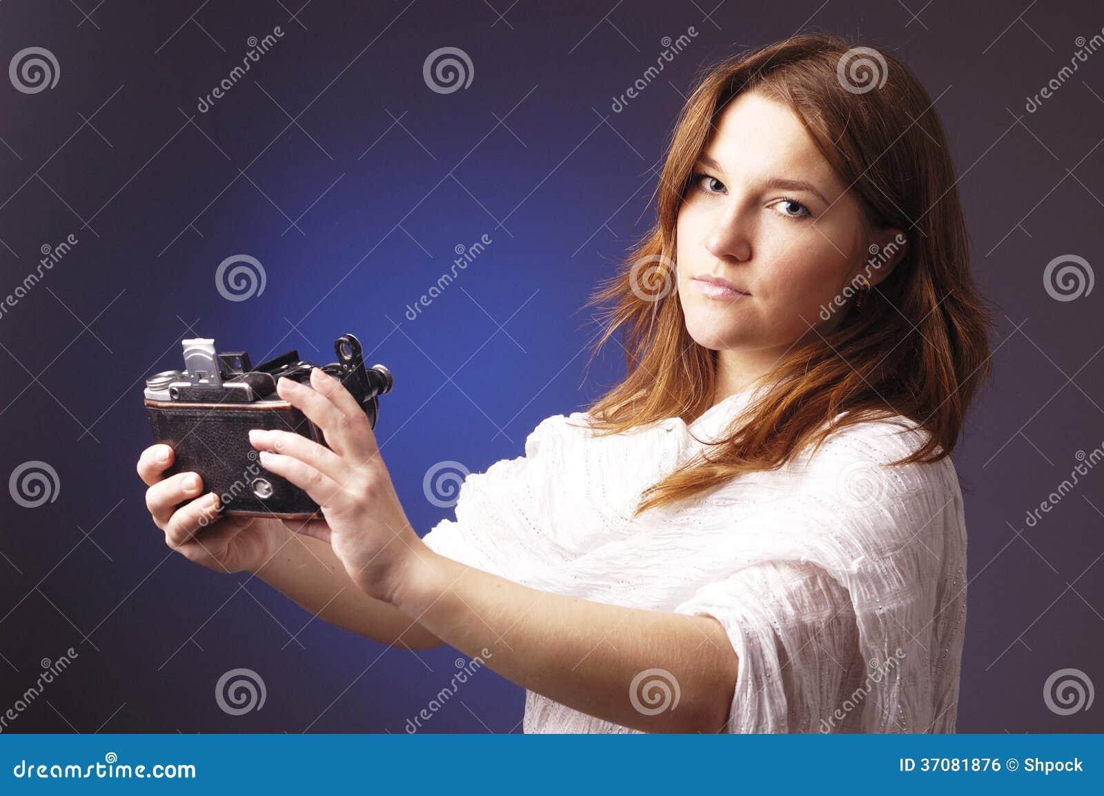 Download Młoda Dziewczyna Z Retro Kamerą Zdjęcie Stock - Obraz złożonej z fotografia, fotograf: 37081876