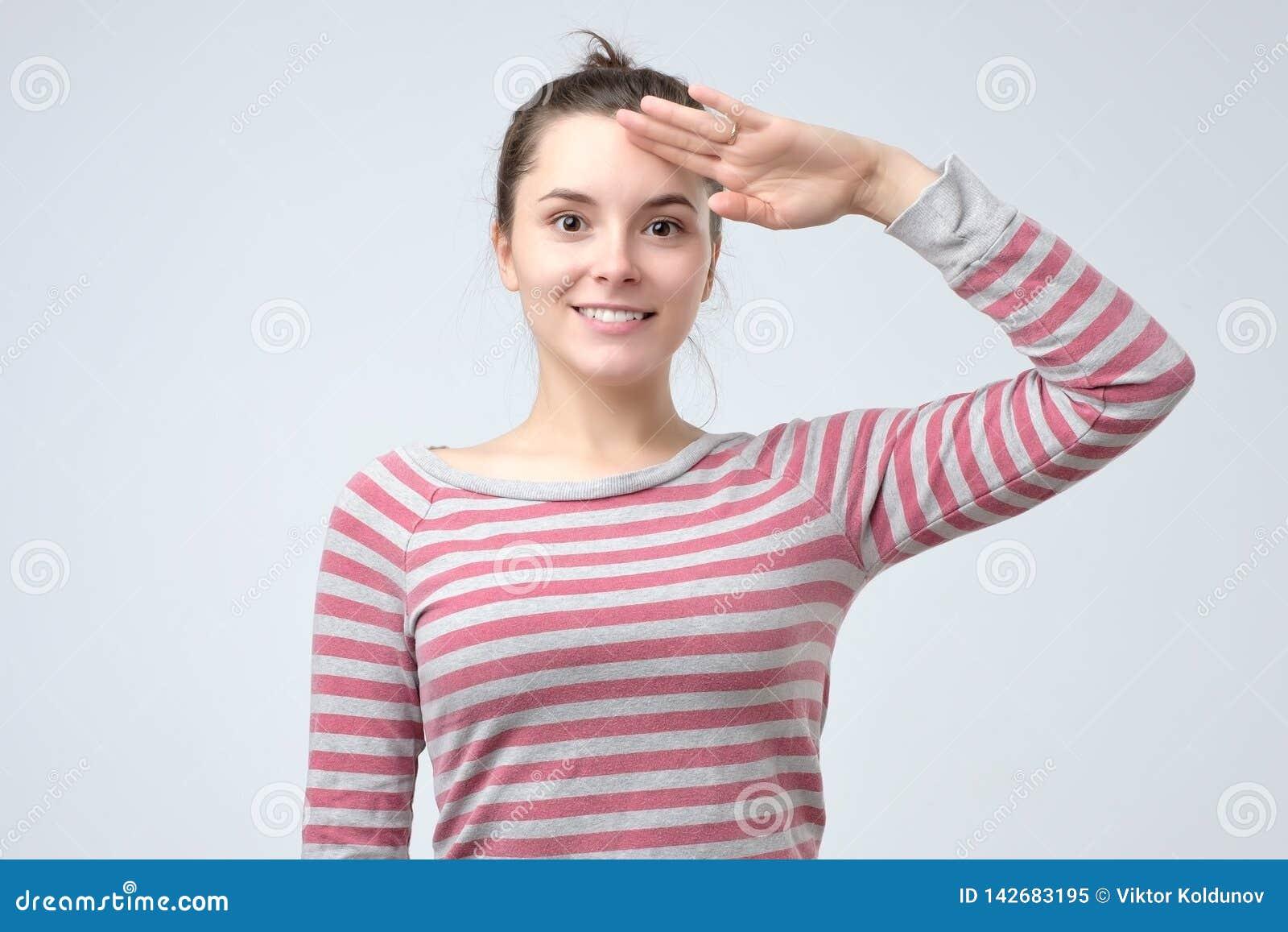 Młoda europejska kobieta salutuje pokazywać jej patriotyzm