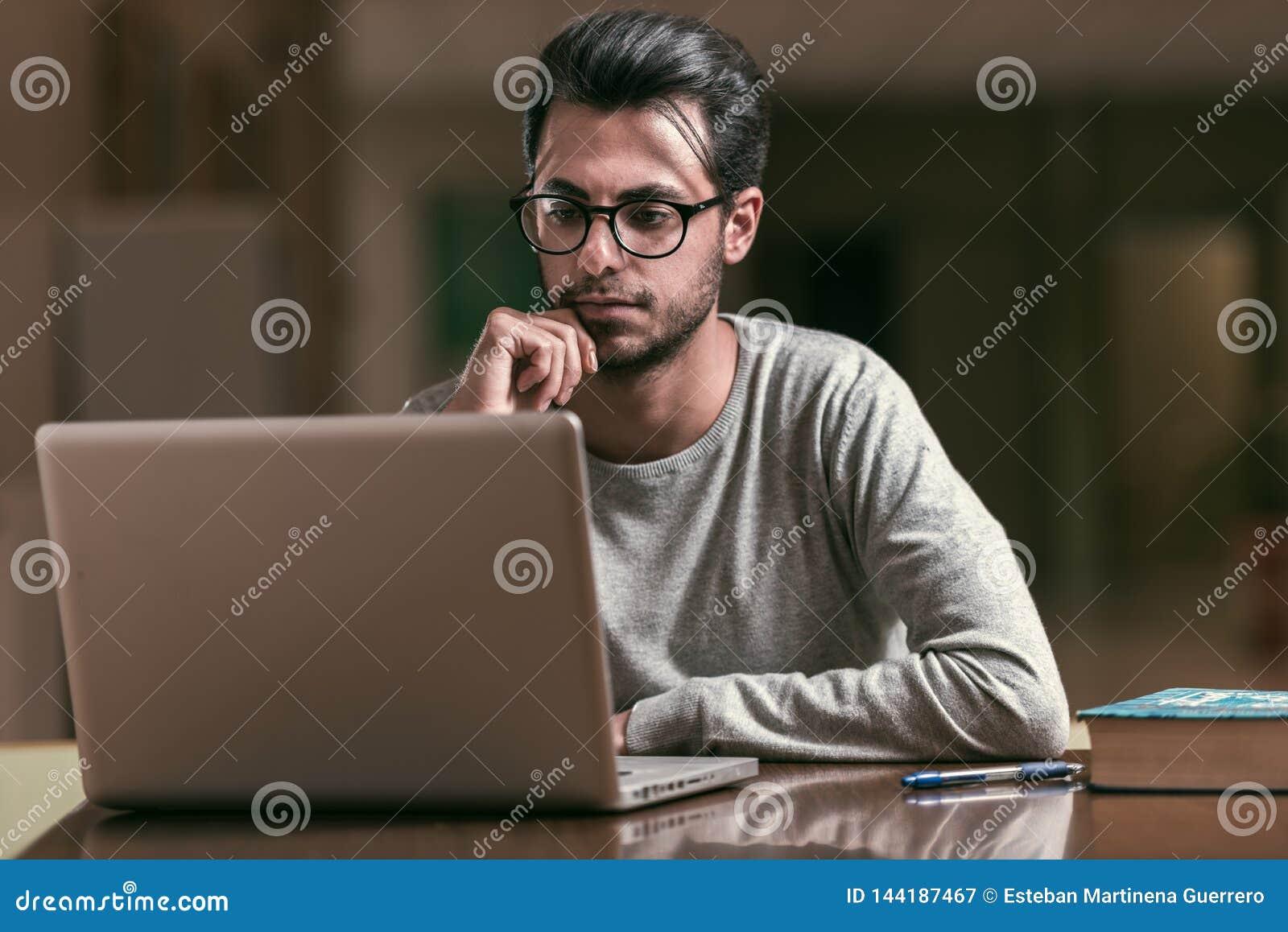 Młoda informatyka studencka używa laptop studiować przy Politechniczną szkołą w Caceres, Hiszpania