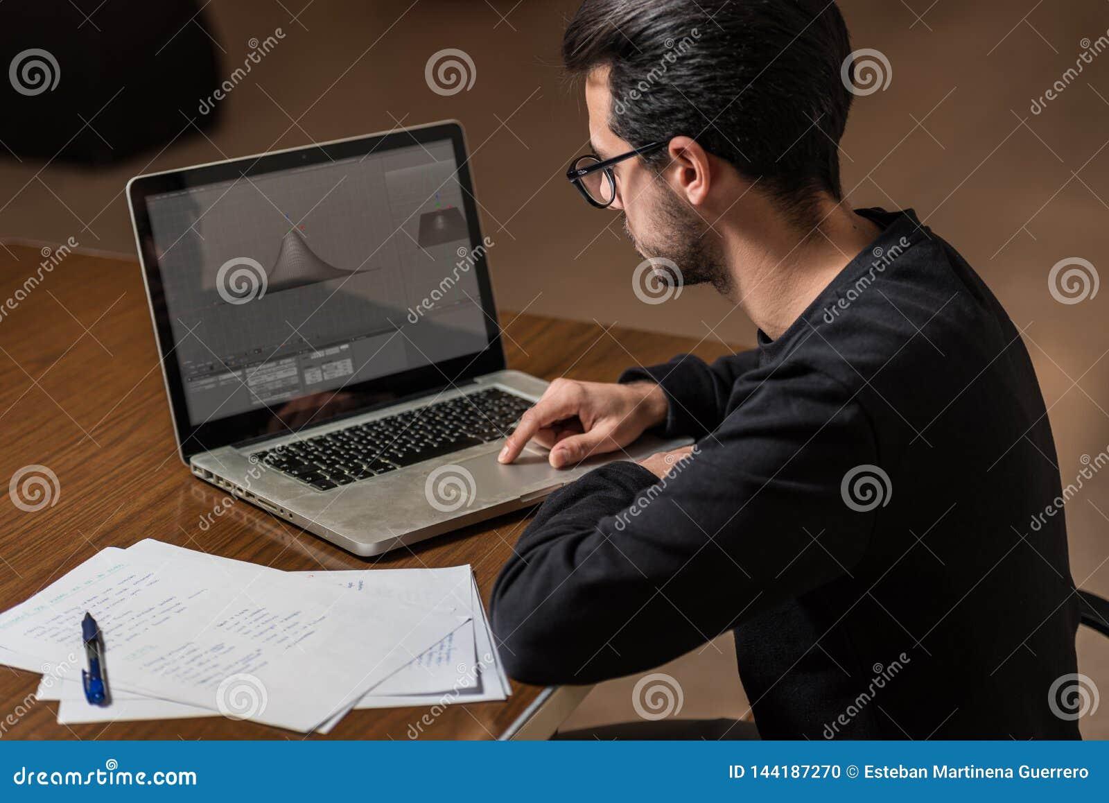 Młoda informatyka studencka używa laptop studiować w Caceres, Hiszpania