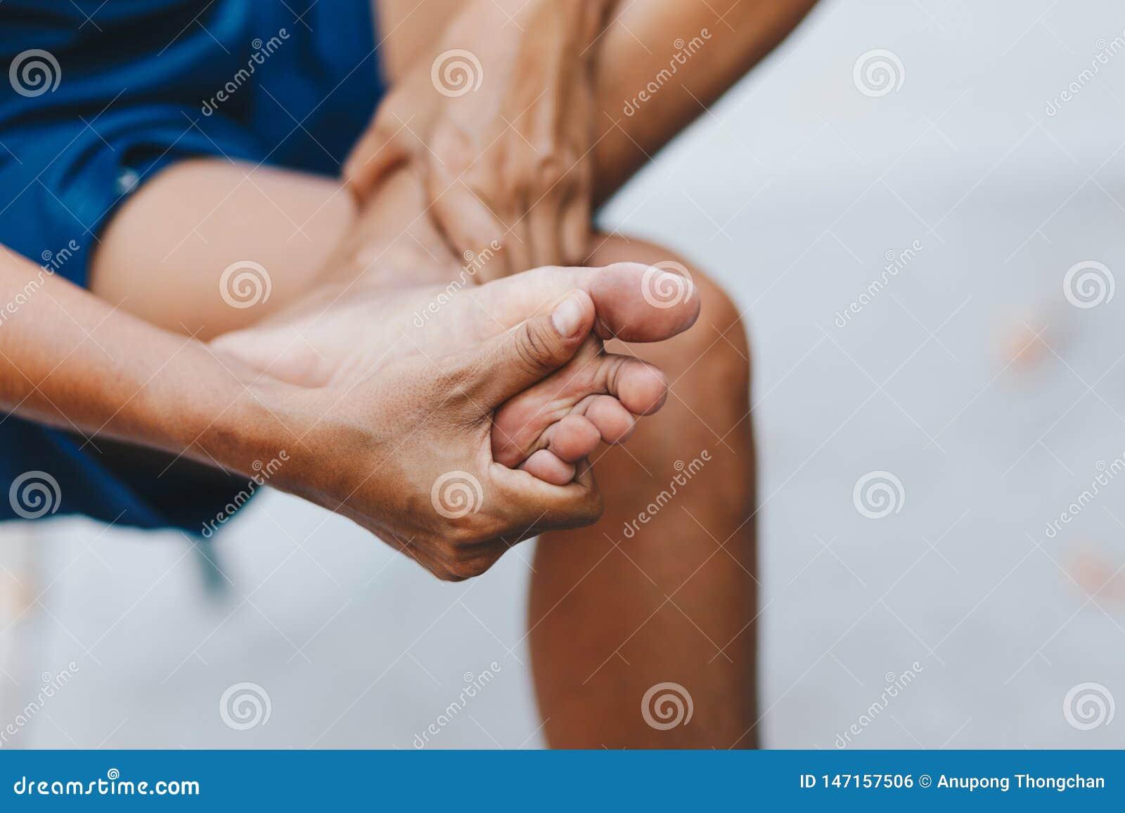 Młoda kobieta ból w jej stopie