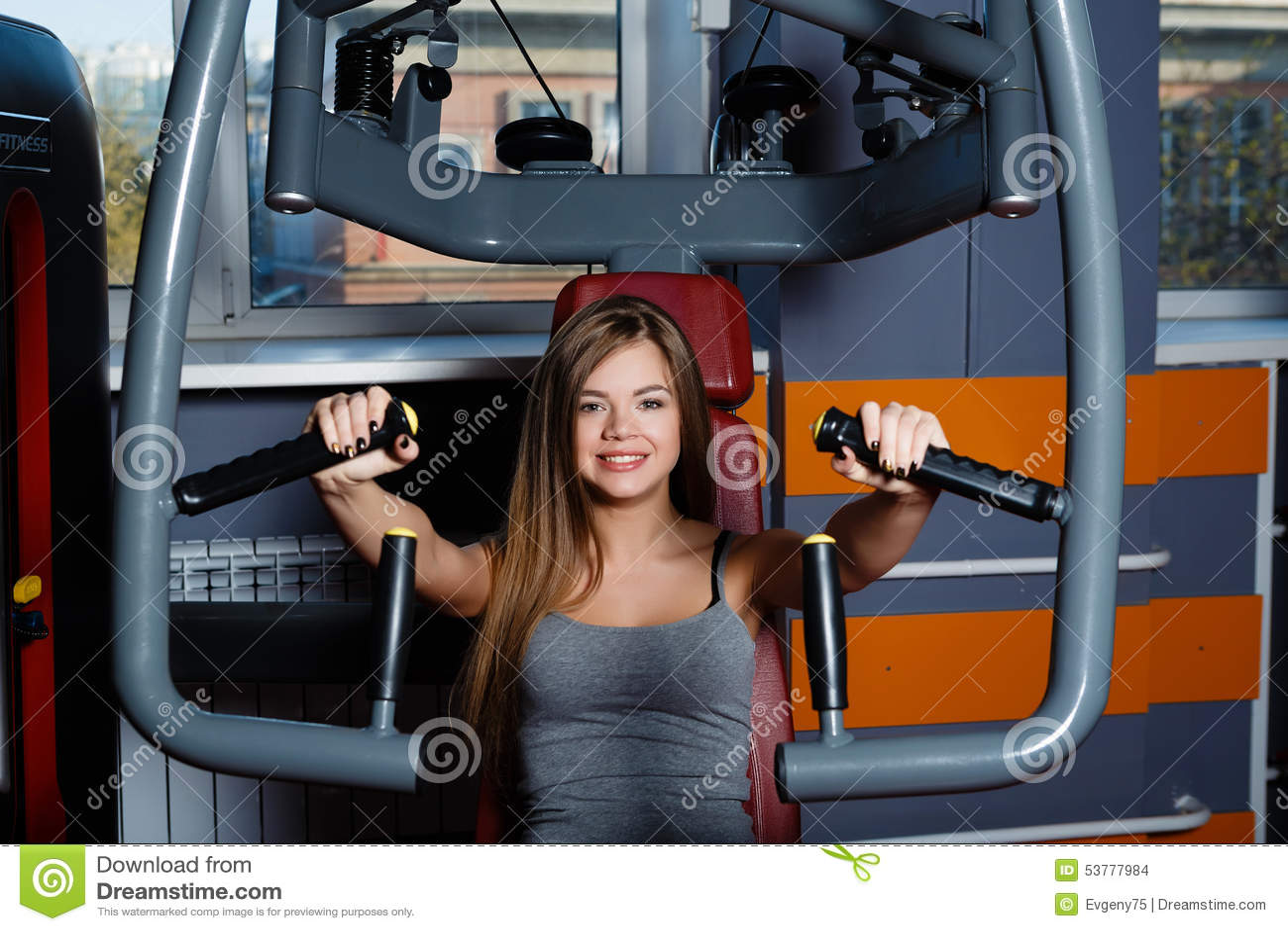 Młoda kobieta bawić się sporty w sport sala