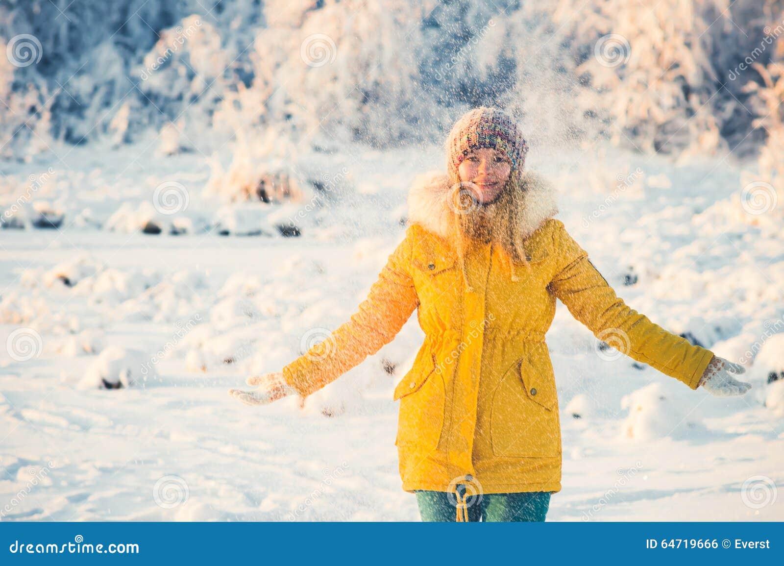 Młoda Kobieta bawić się z śnieżnym Plenerowym zima stylem życia