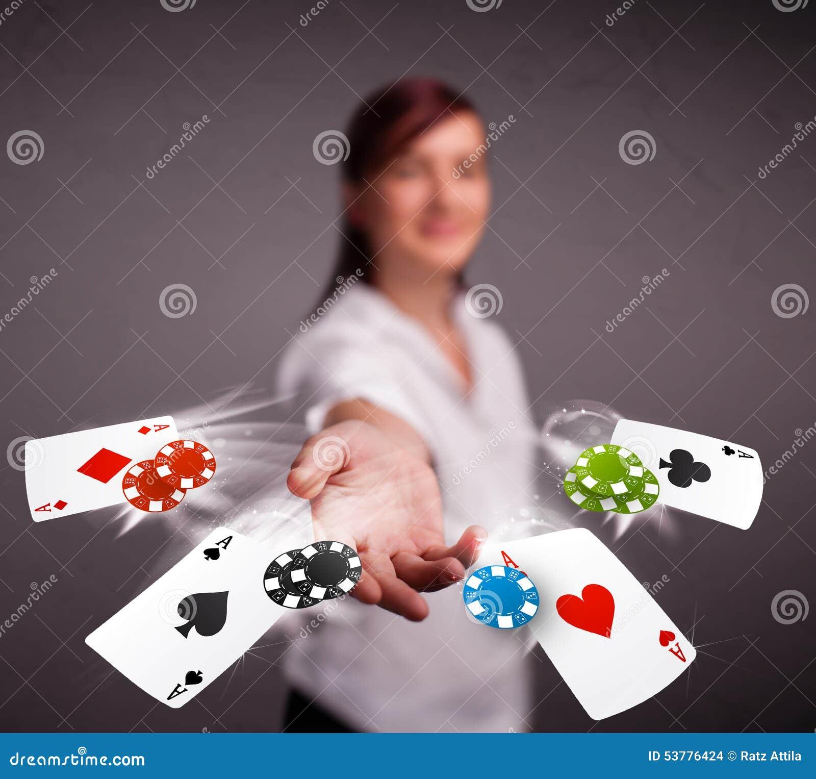 Młoda kobieta bawić się z grzebaków układ scalony i kartami
