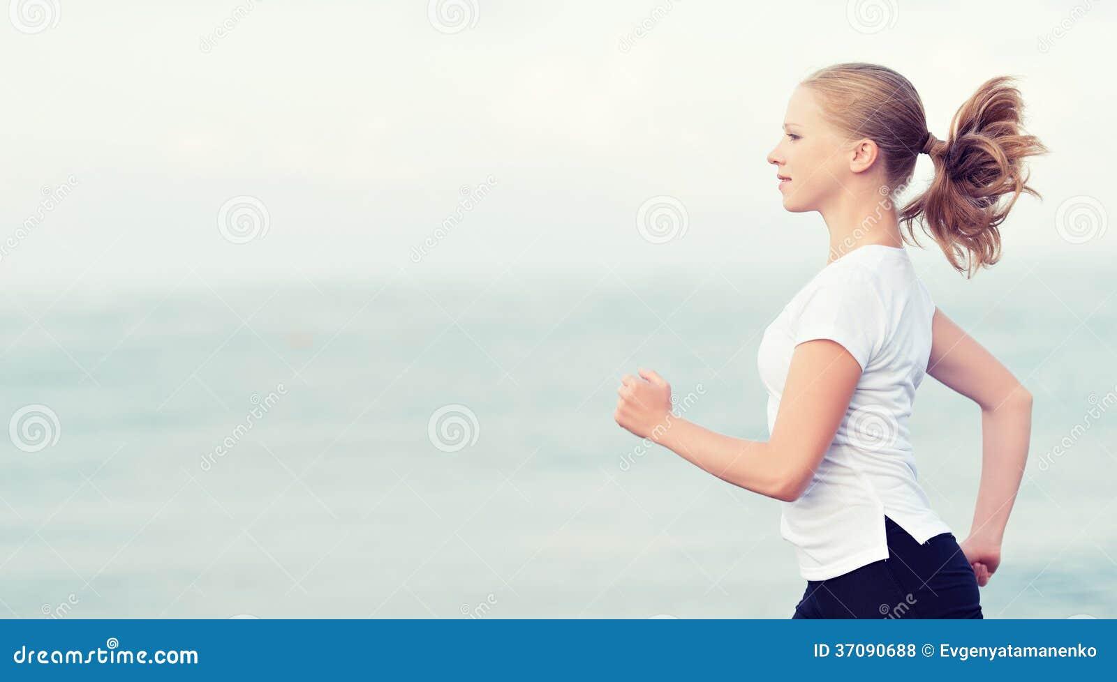 Download Młoda Kobieta Bieg Na Plaży Na Wybrzeżu Morze Zdjęcie Stock - Obraz złożonej z sportowy, ocean: 37090688
