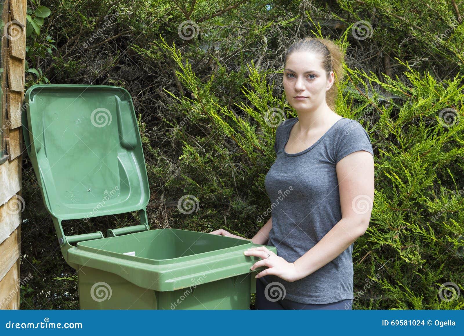 Młoda kobieta blisko jałowego zbiornika
