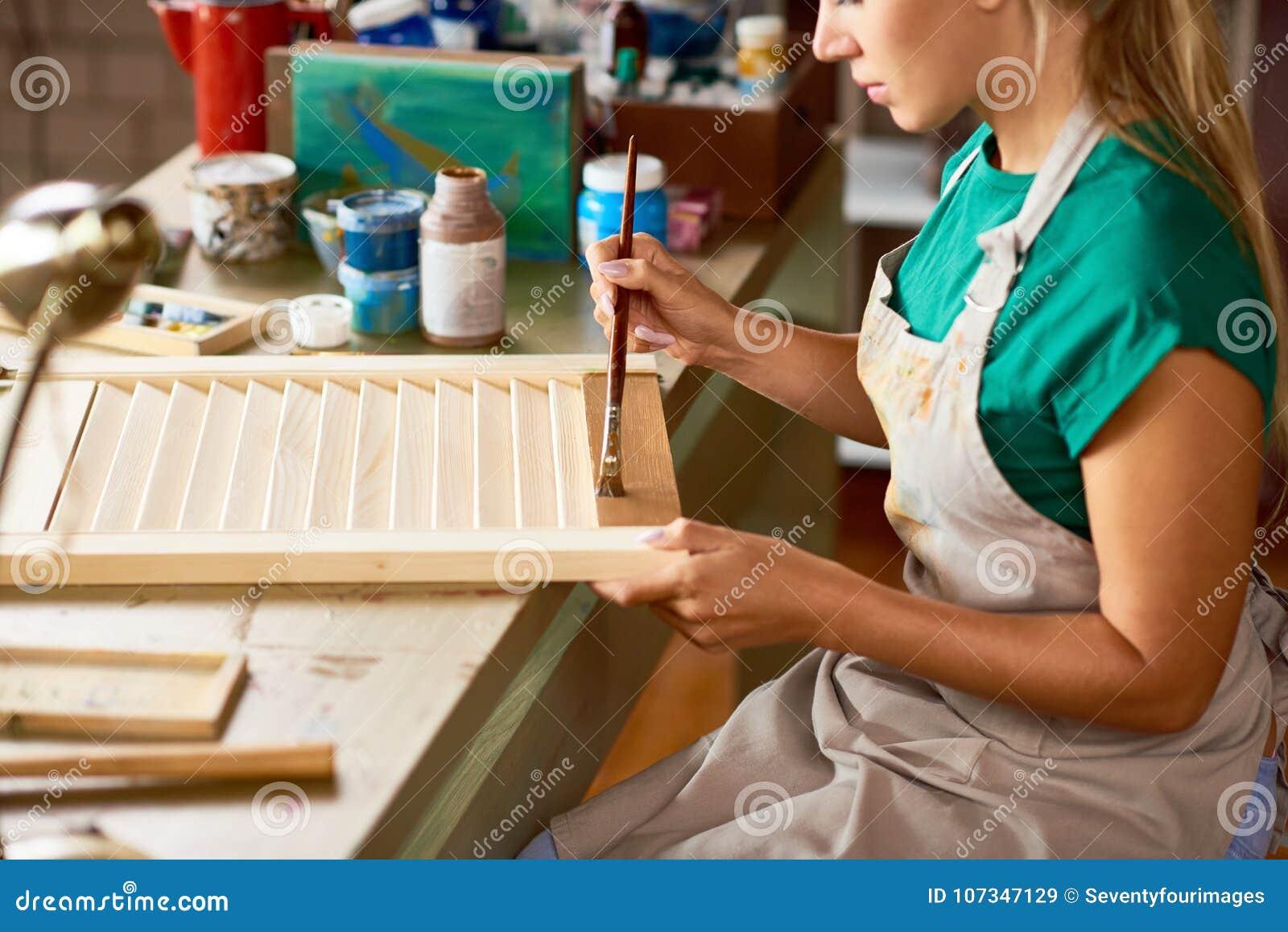 Młoda Kobieta Cieszy się Wykonywać ręcznie w studiu