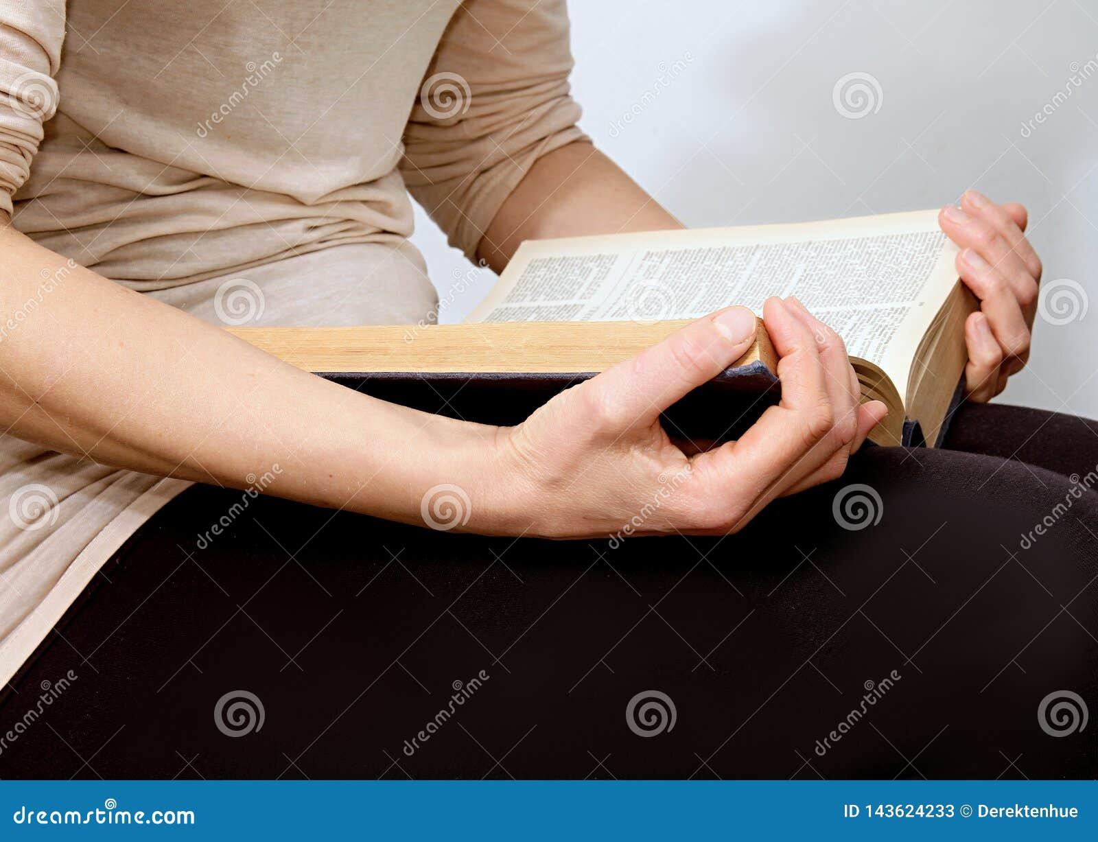 Młoda kobieta czyta biblię w pokoju i quiete
