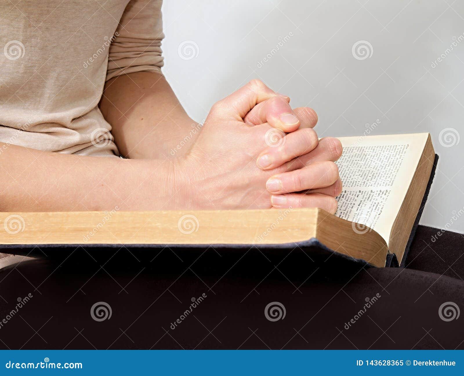 Młoda kobieta czyta biblię w pokoju, quiete i ono modli się
