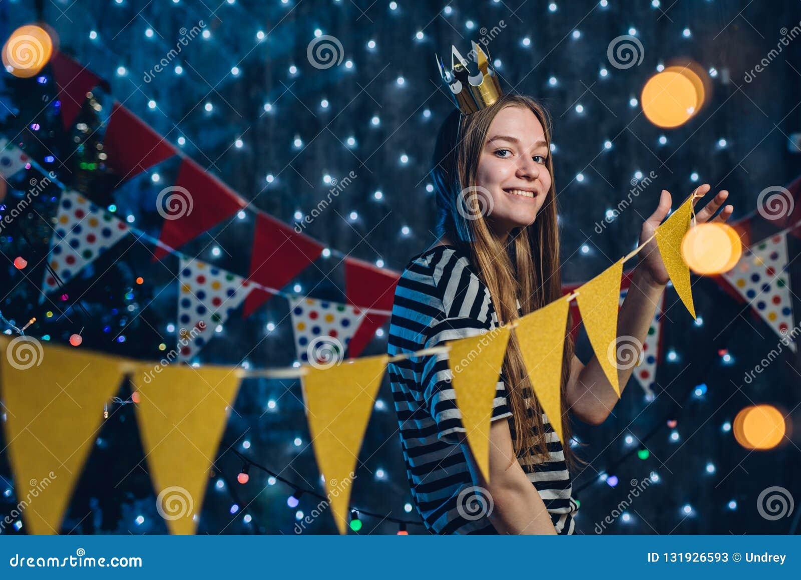 Młoda kobieta dekoruje izbowe flaga, girlandy przygotowywa dla świętowań bożych narodzeń