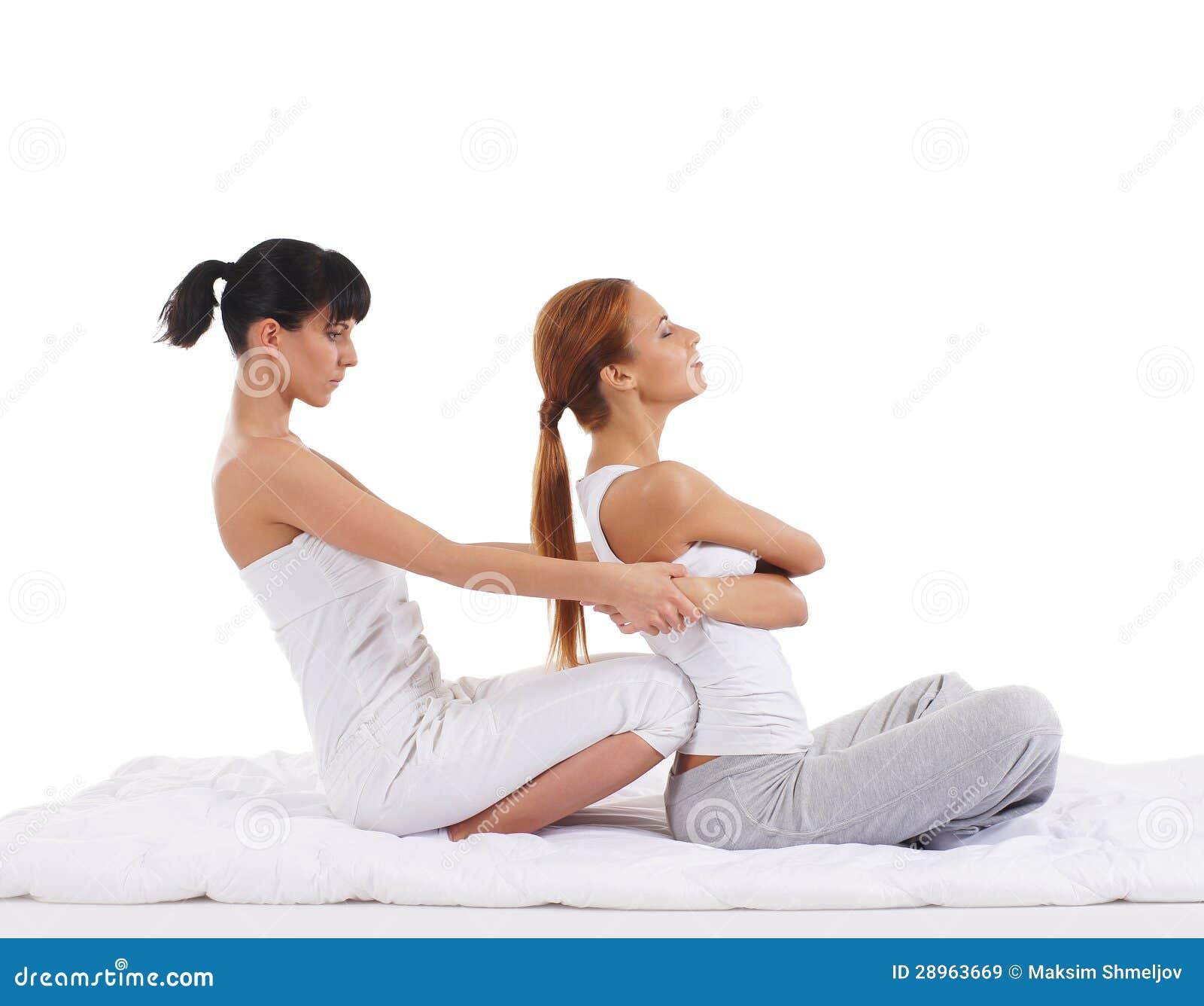 Młoda kobieta dostaje tradycyjnego Tajlandzkiego masaż