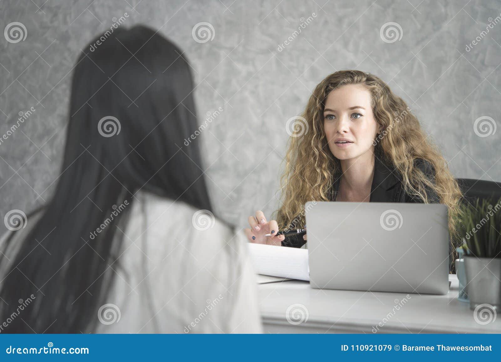 Młoda kobieta działy zasobów ludzkich i wnioskodawca jego rozmowa