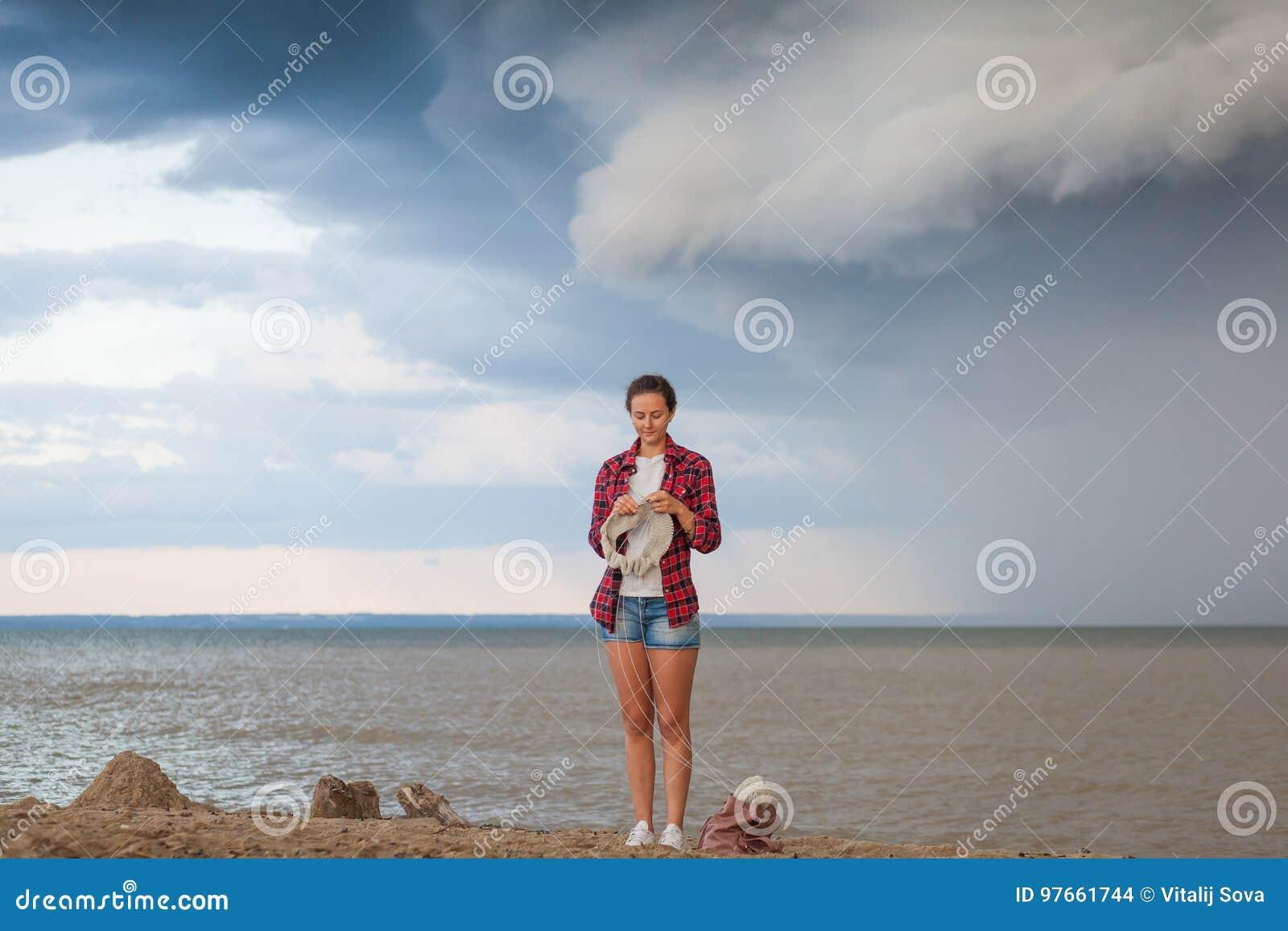 Młoda kobieta dzia pulower