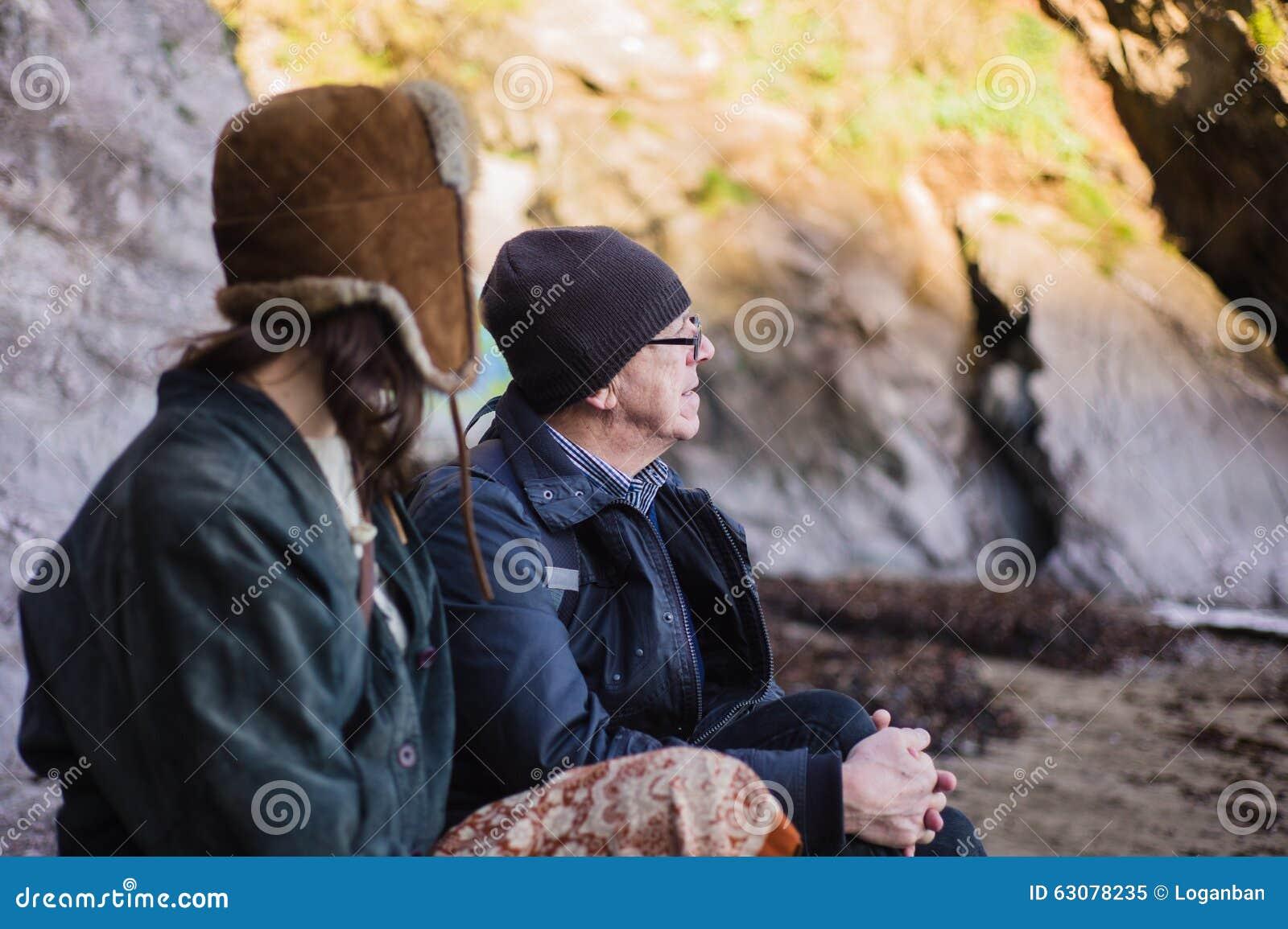 Młoda kobieta i starszy mężczyzna na plaży