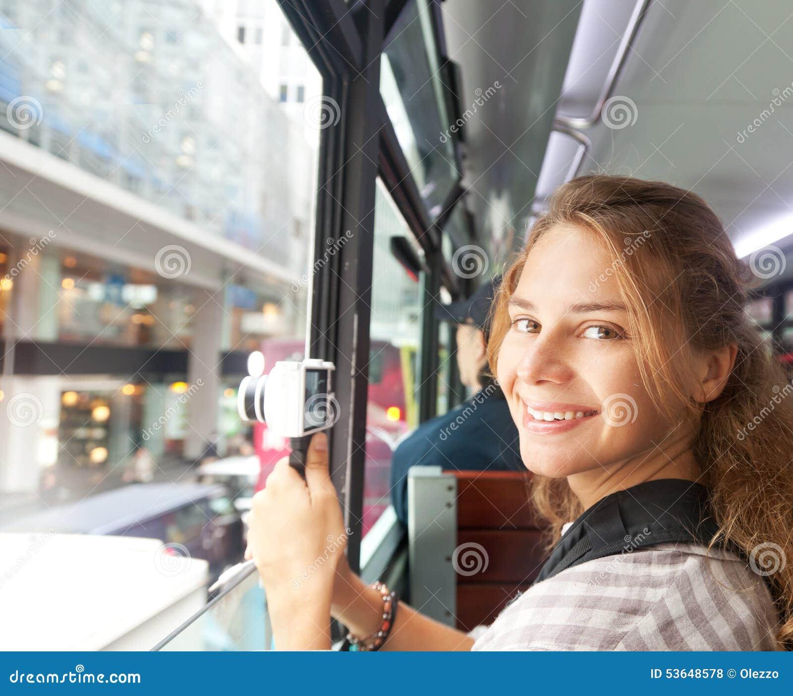 Młoda kobieta na kamerze od okno turystyczny autobus