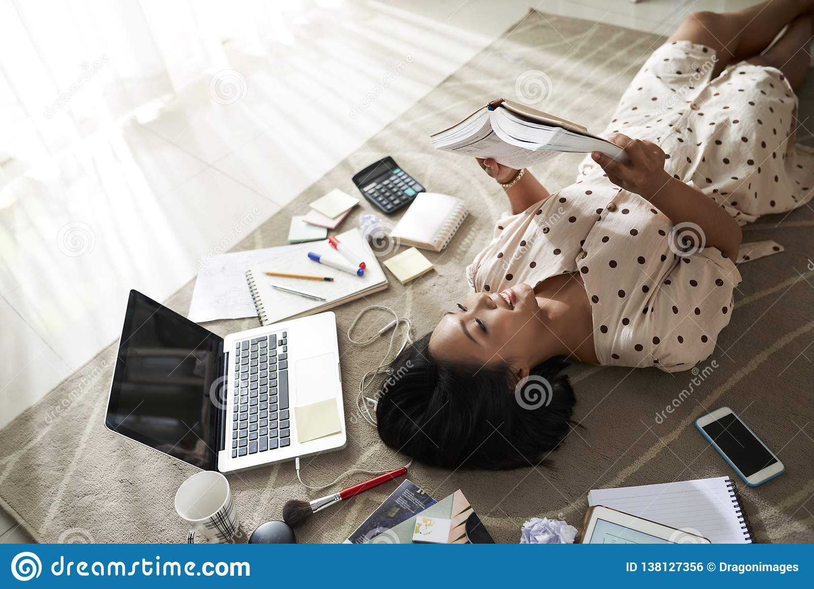 Młoda kobieta odpoczywa z książką
