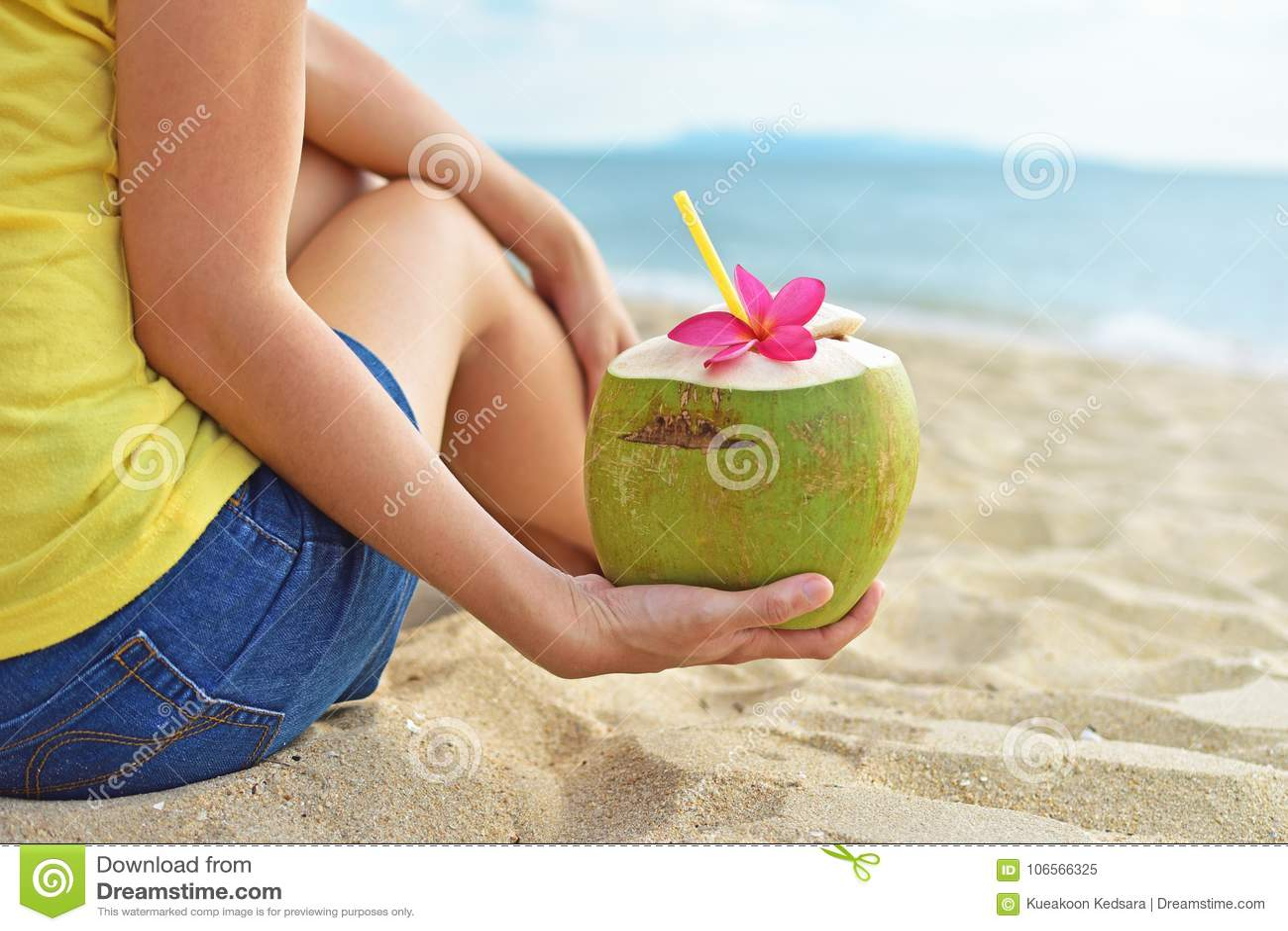 Młoda kobieta pije świeżą koks wodę