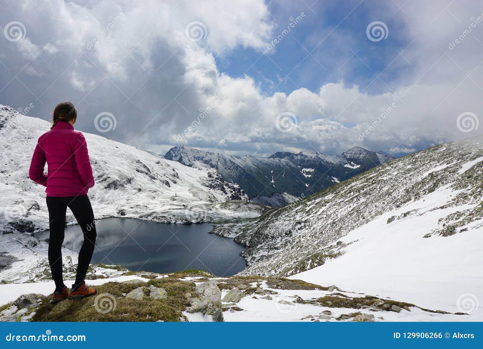 Młoda kobieta podziwia widok w górach