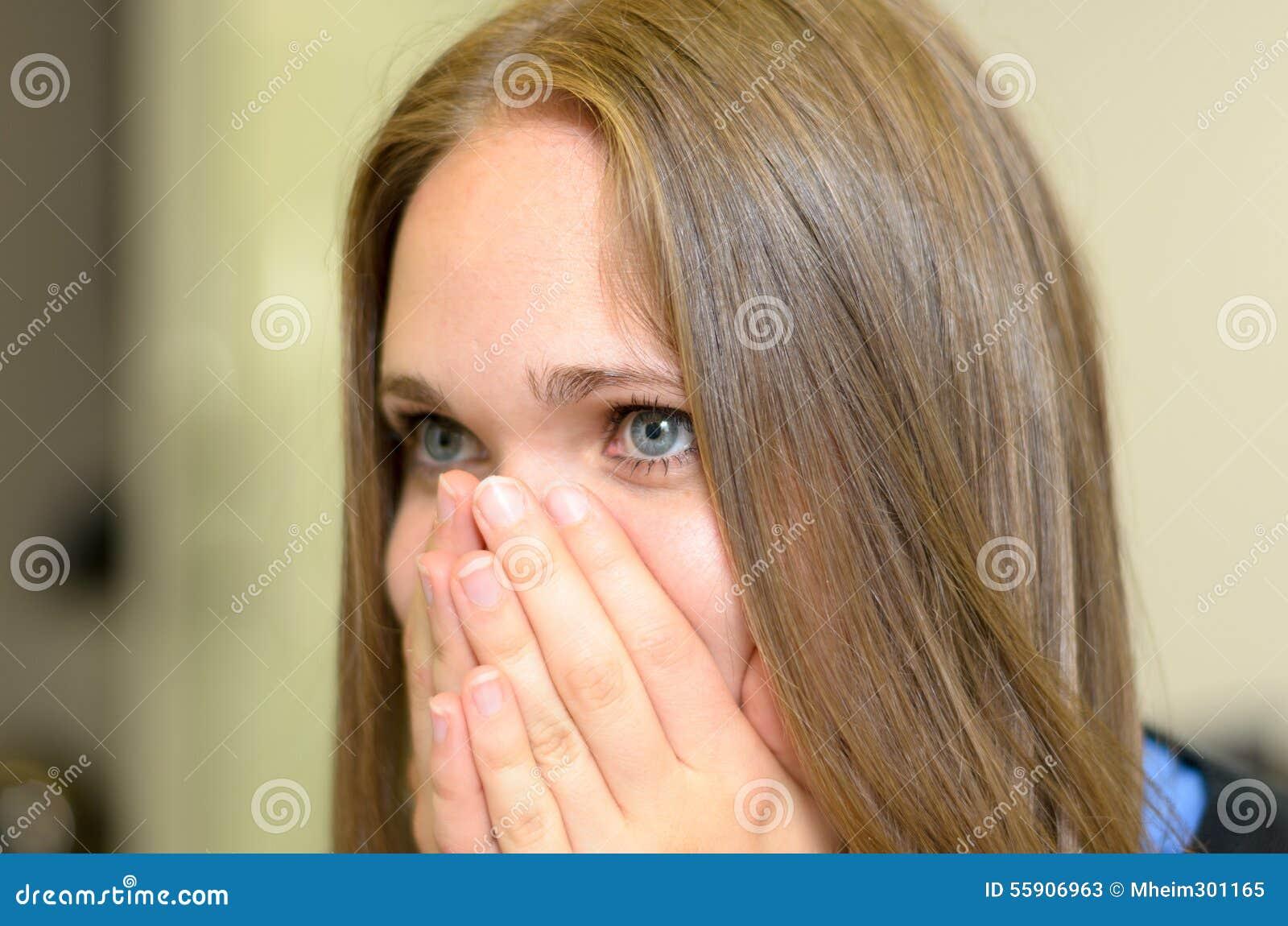 Młoda kobieta pokonująca z emocjami