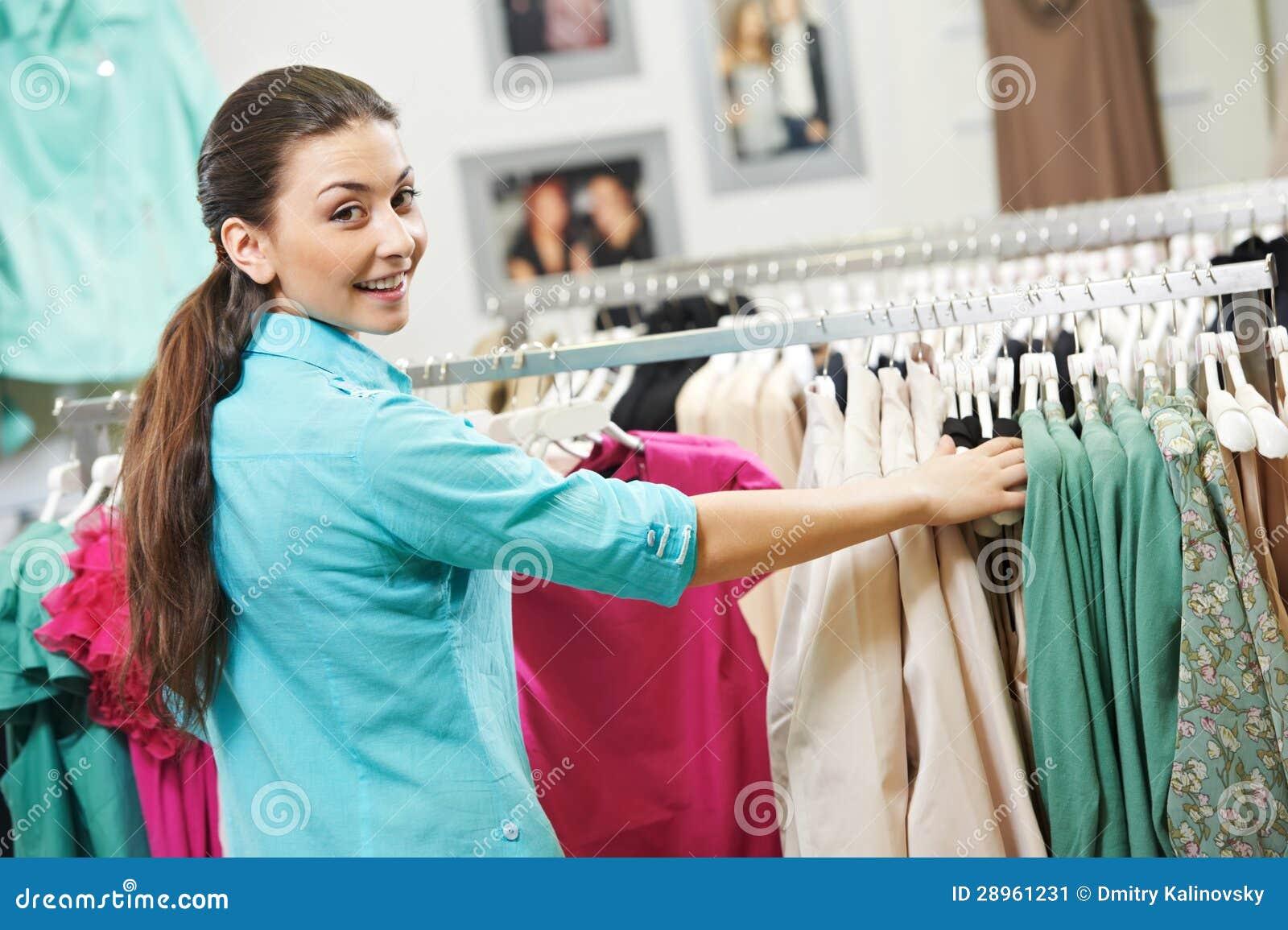Młoda kobieta przy koszula odzieżowym zakupy